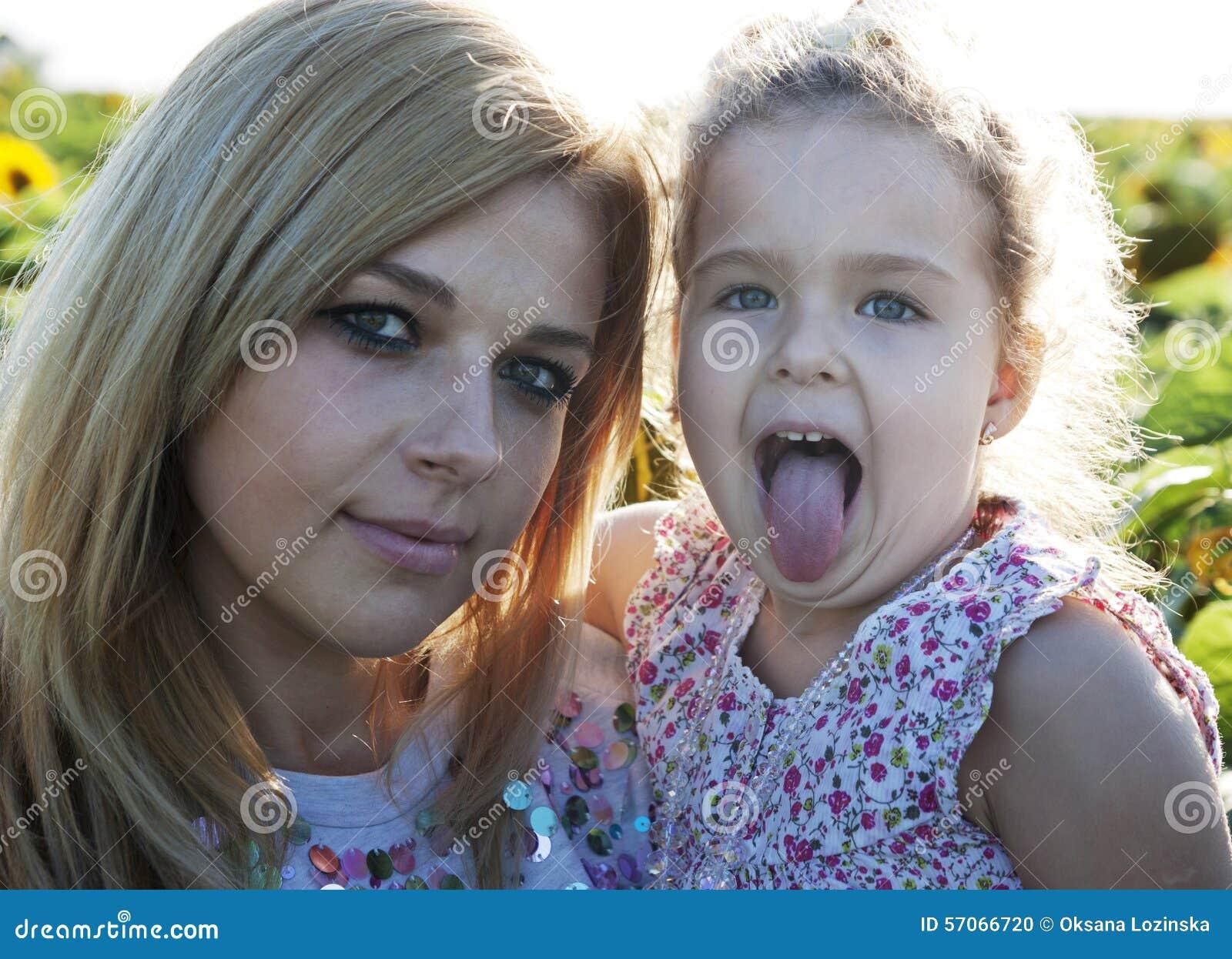 Meisje in zonnebloem