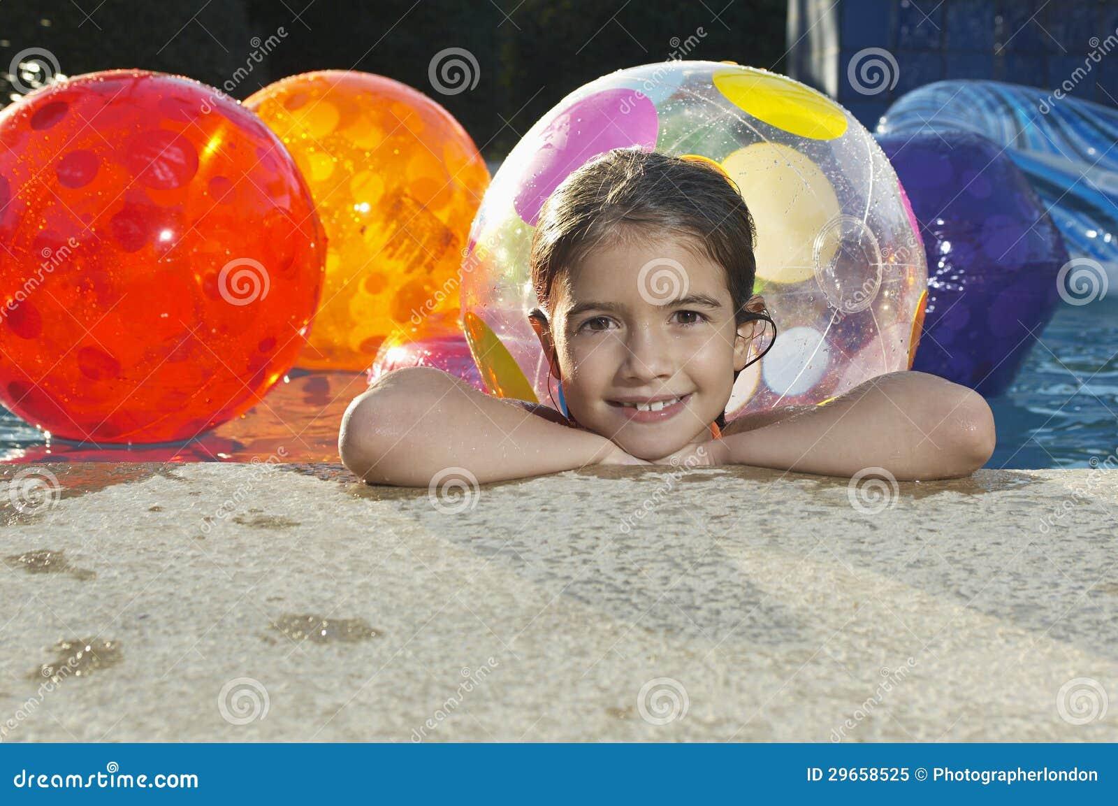 Meisje in zwembad met strandballen stock afbeelding afbeelding 29658525 - Zwembad met strand ...