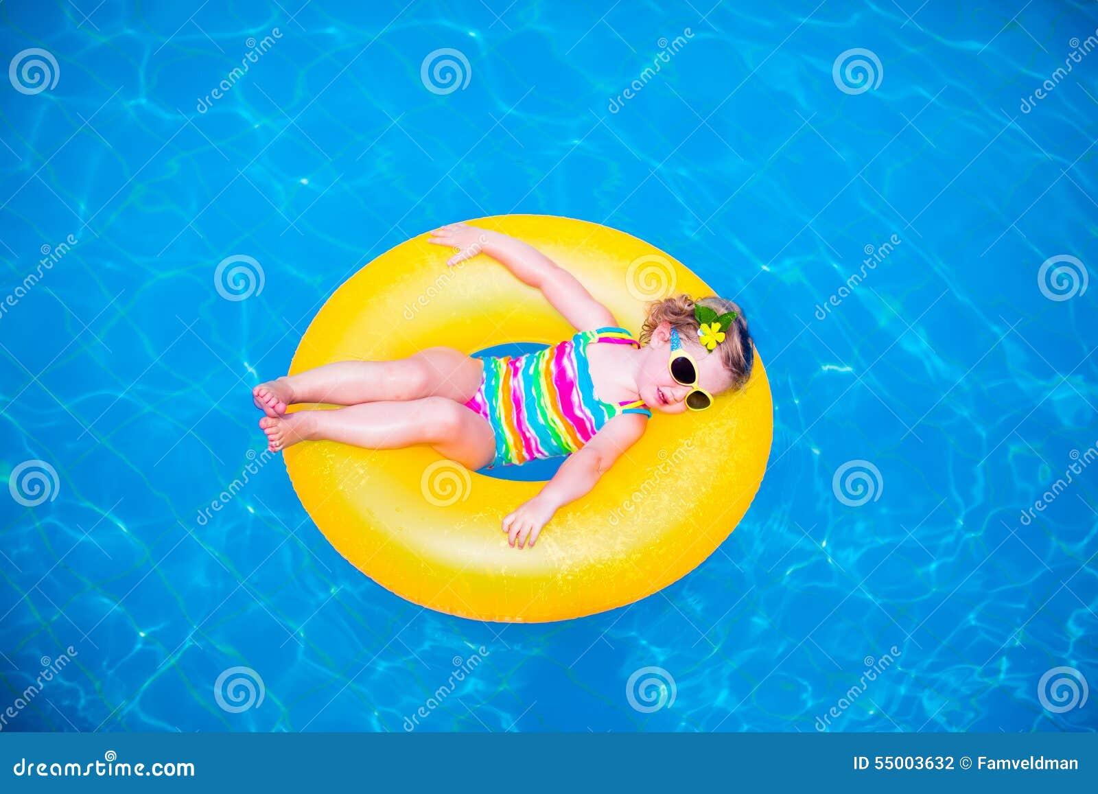Meisje in zwembad op opblaasbare ring