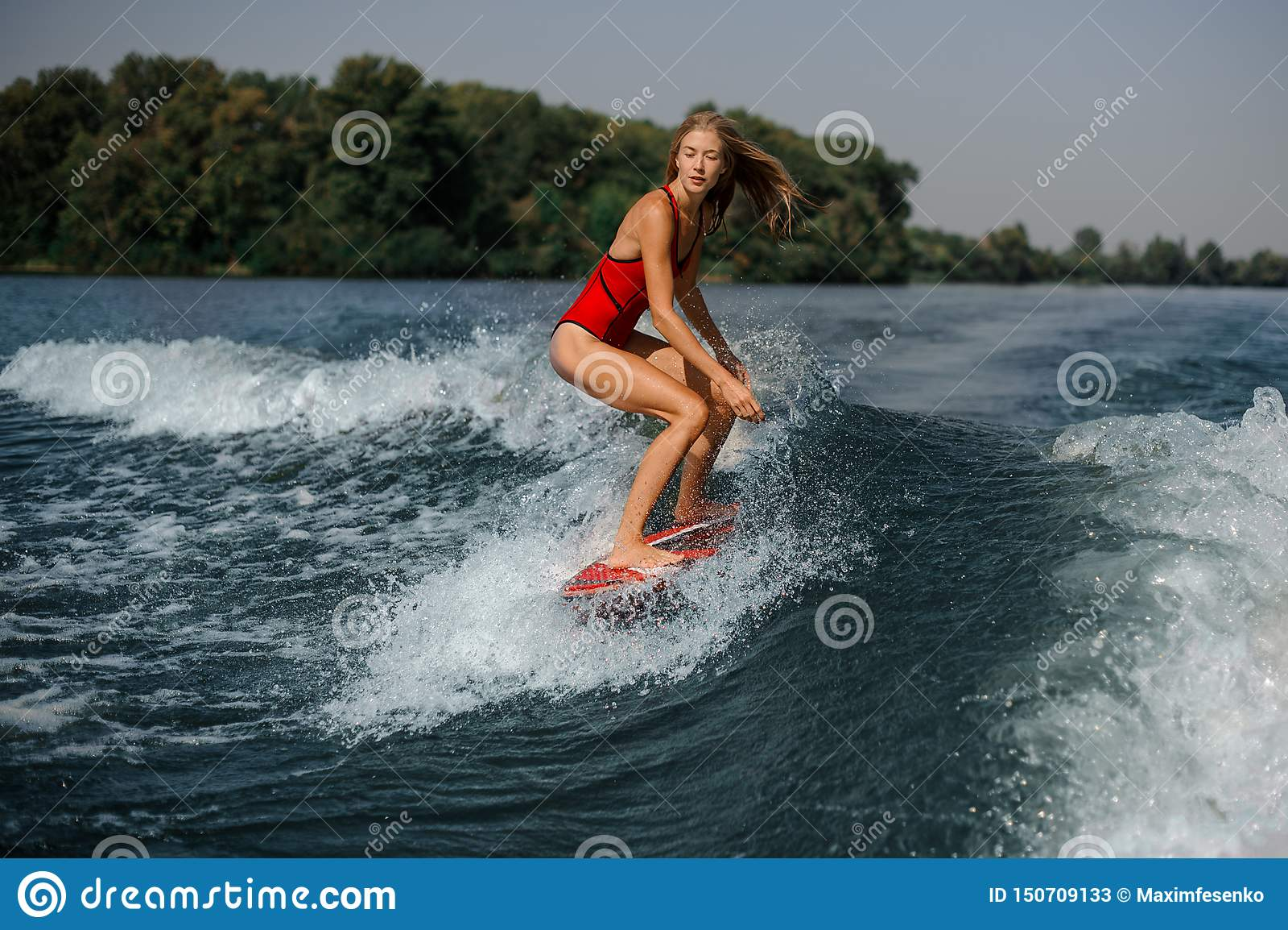 Meisje in zwempak aan boord in overzees