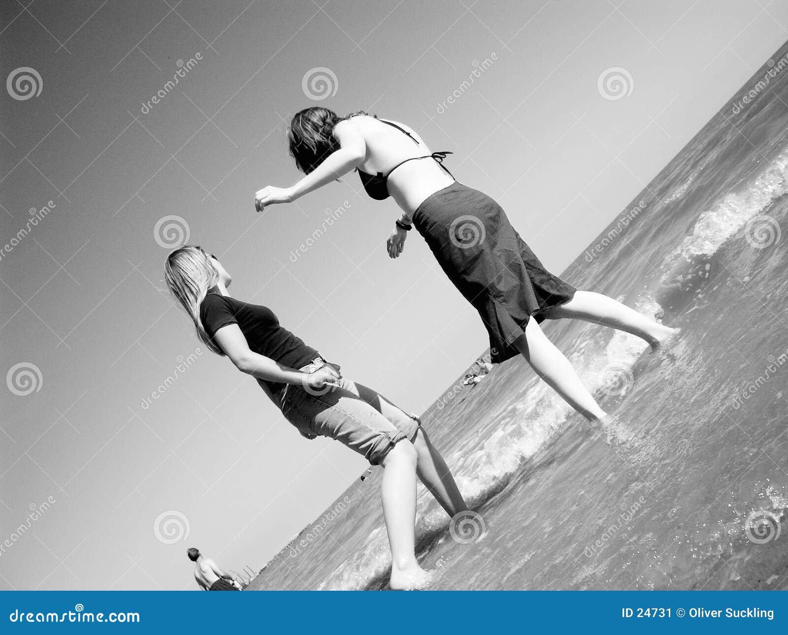 Meisjes bij het strand