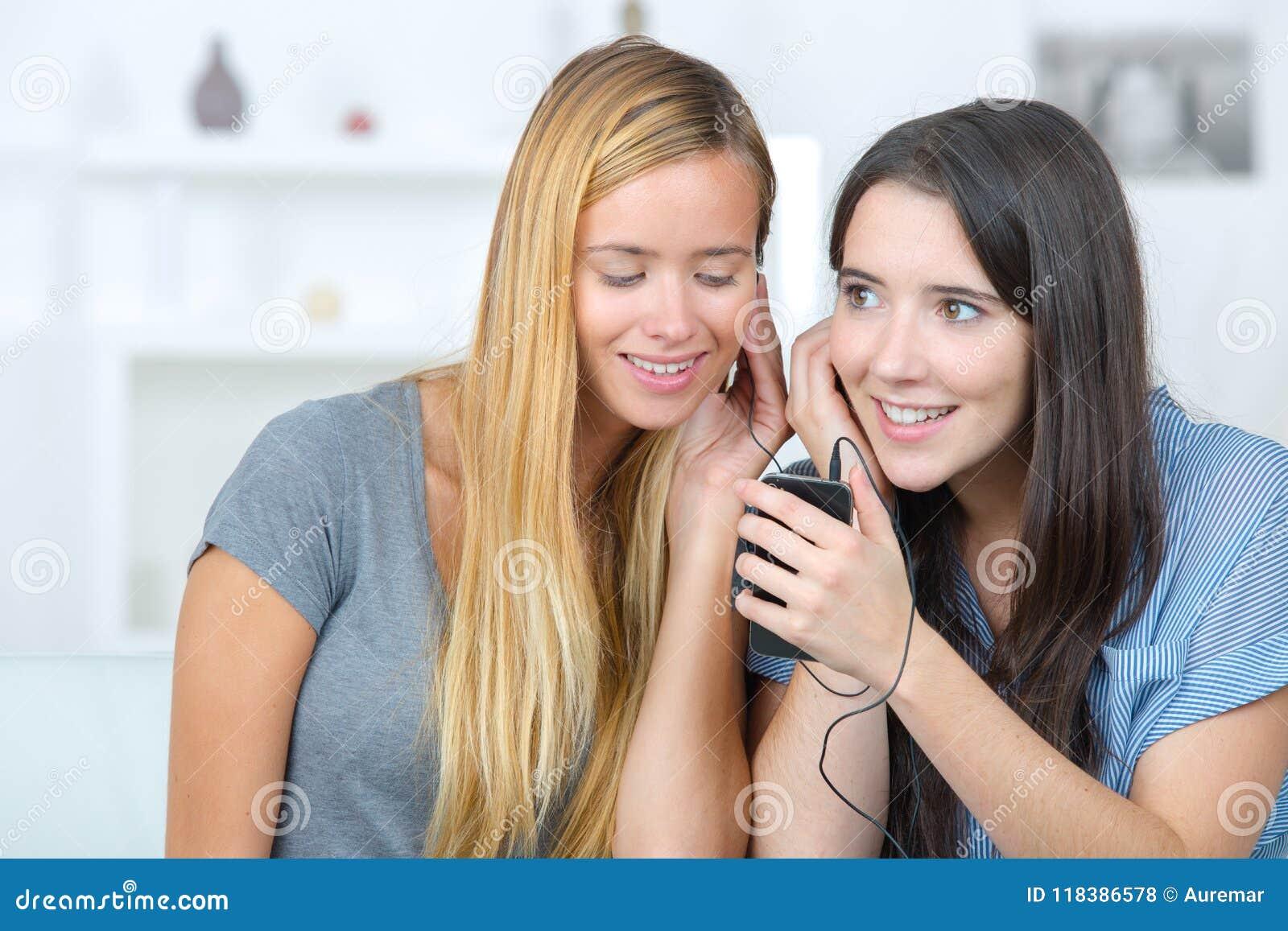Meisjes die aan muziek luisteren