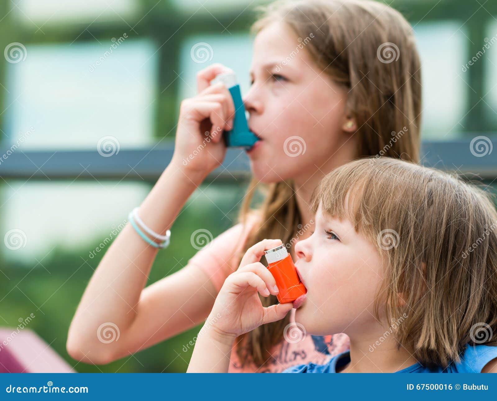 Meisjes die astma hebben die astmainhaleertoestel voor gezond het zijn met behulp van - sha