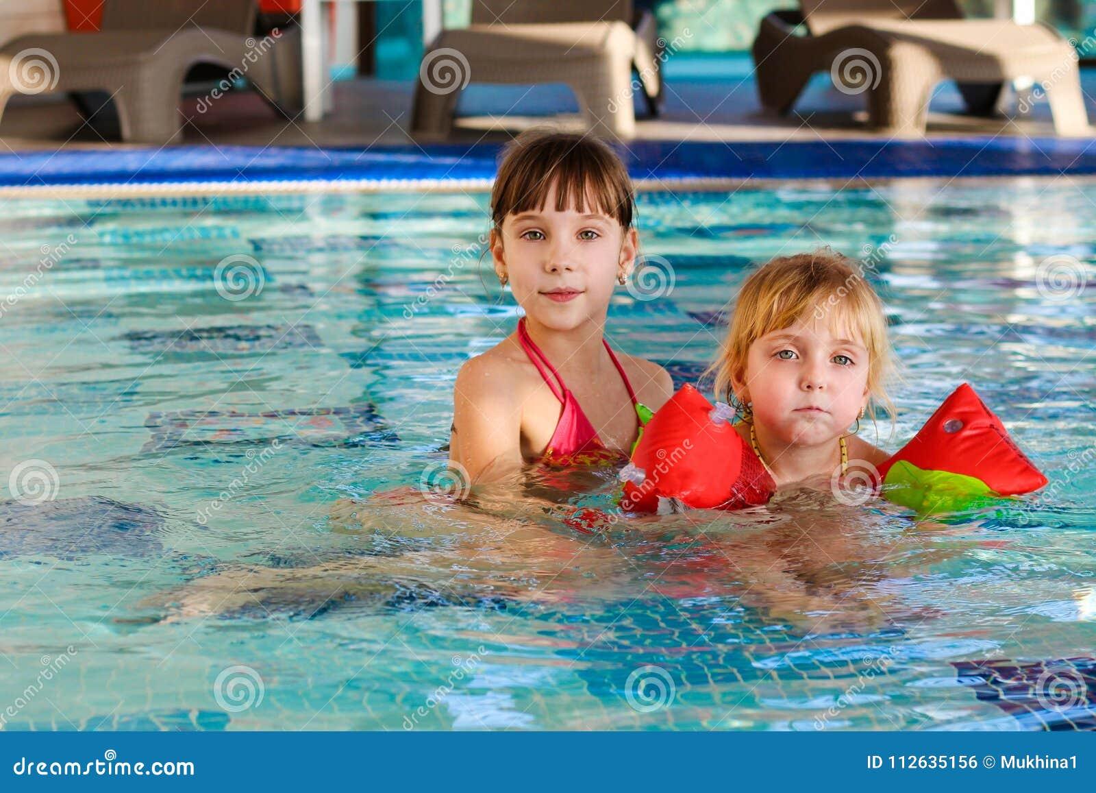 6447fc5cd95231 Meisjes Die In De Pool Zwemmen Stock Foto - Afbeelding bestaande uit ...