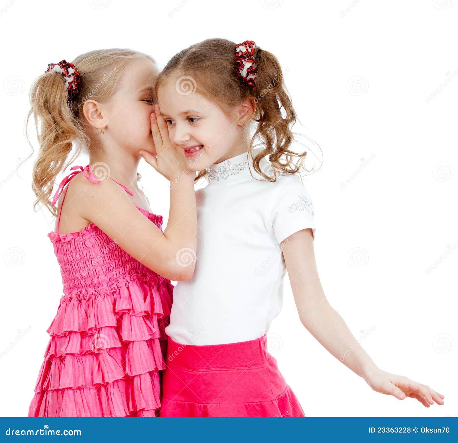 Meisjes die een geheim delen dat op een wit wordt geïsoleerdn