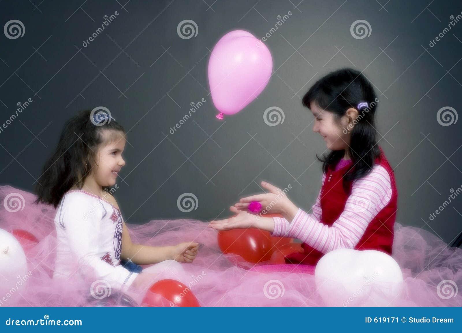 Meisjes die met ballons spelen