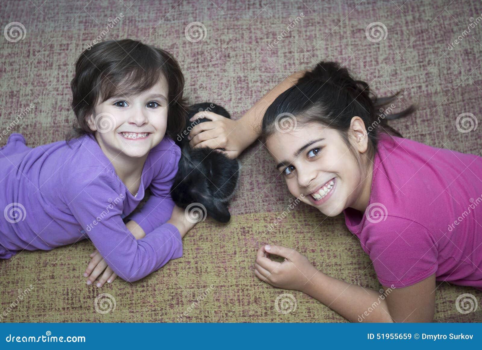 Meisjes die met konijn spelen