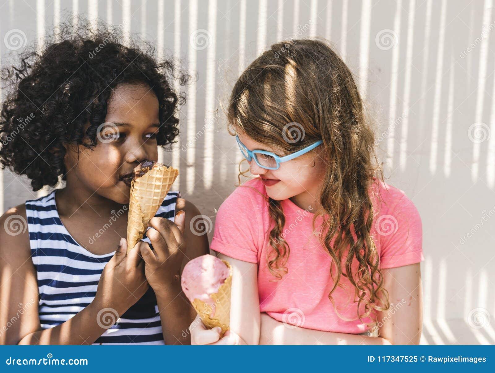Meisjes die met roomijs genieten van