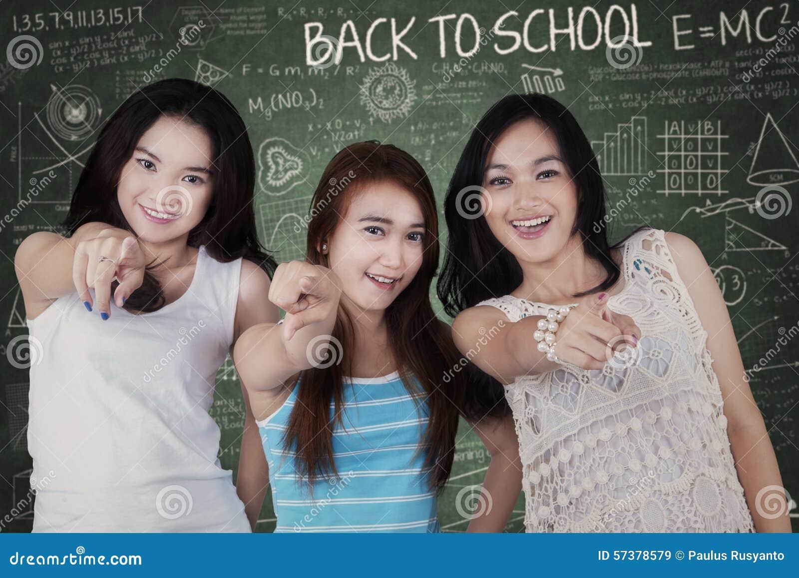 Meisjes die op camera in klasse richten