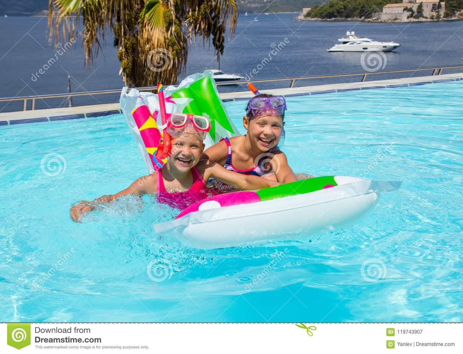 bb8751c815cf9a Meisjes Die In Pool Zwemmen Stock Afbeelding - Afbeelding bestaande ...