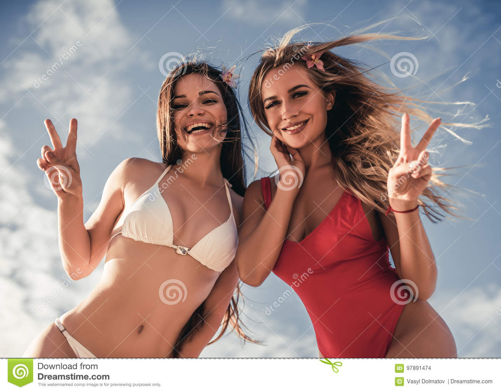 Meisjes die pret op strand hebben