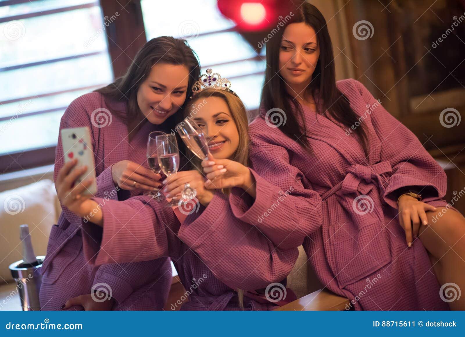 Download Meisjes Die Selfy Op Vrijgezellinpartij Doen Stock Afbeelding    Afbeelding Bestaande Uit Alcohol, Vriendschap
