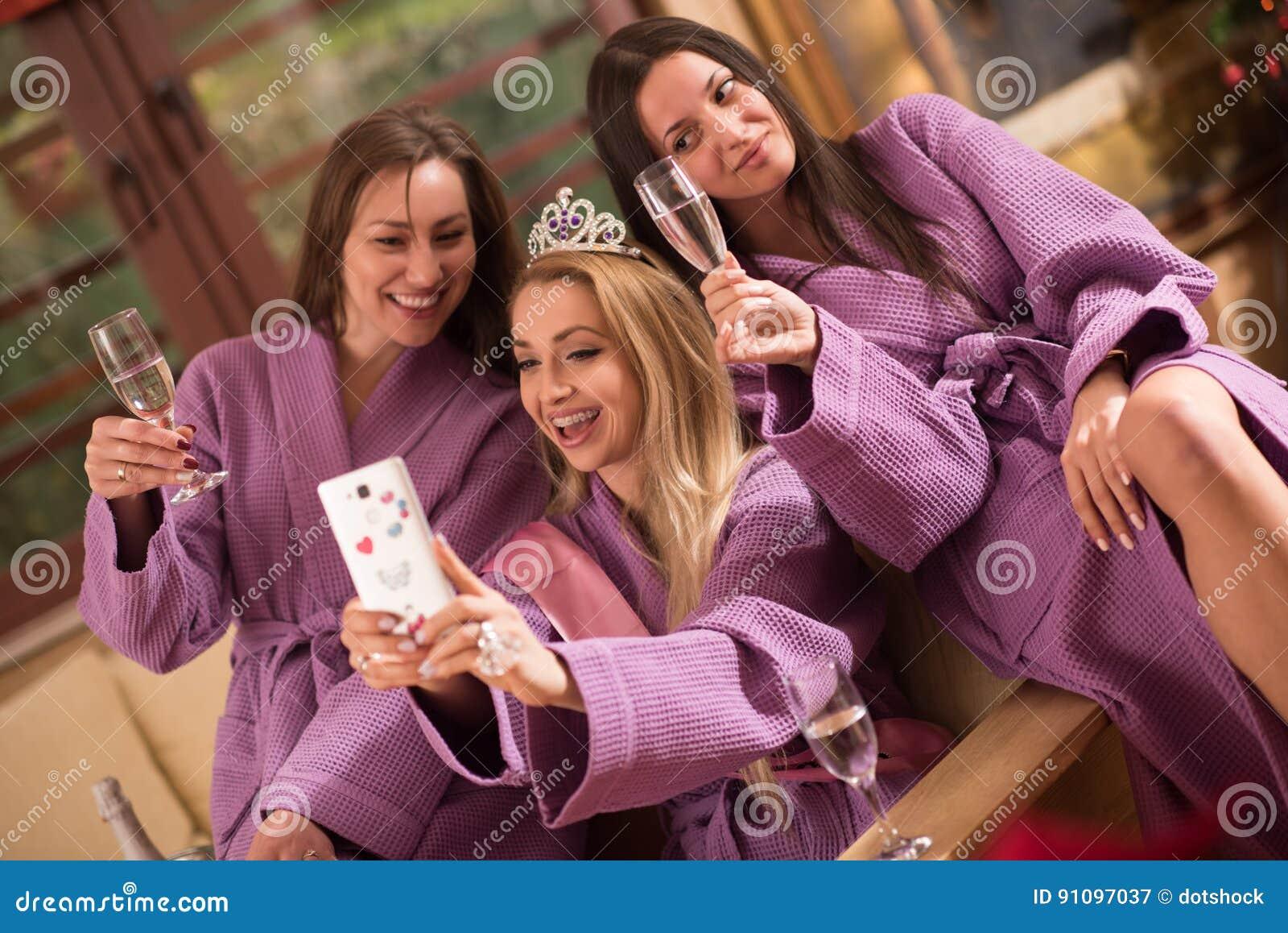 Download Meisjes Die Selfy Op Vrijgezellinpartij Doen Stock Afbeelding    Afbeelding Bestaande Uit Celebrating, Meisje