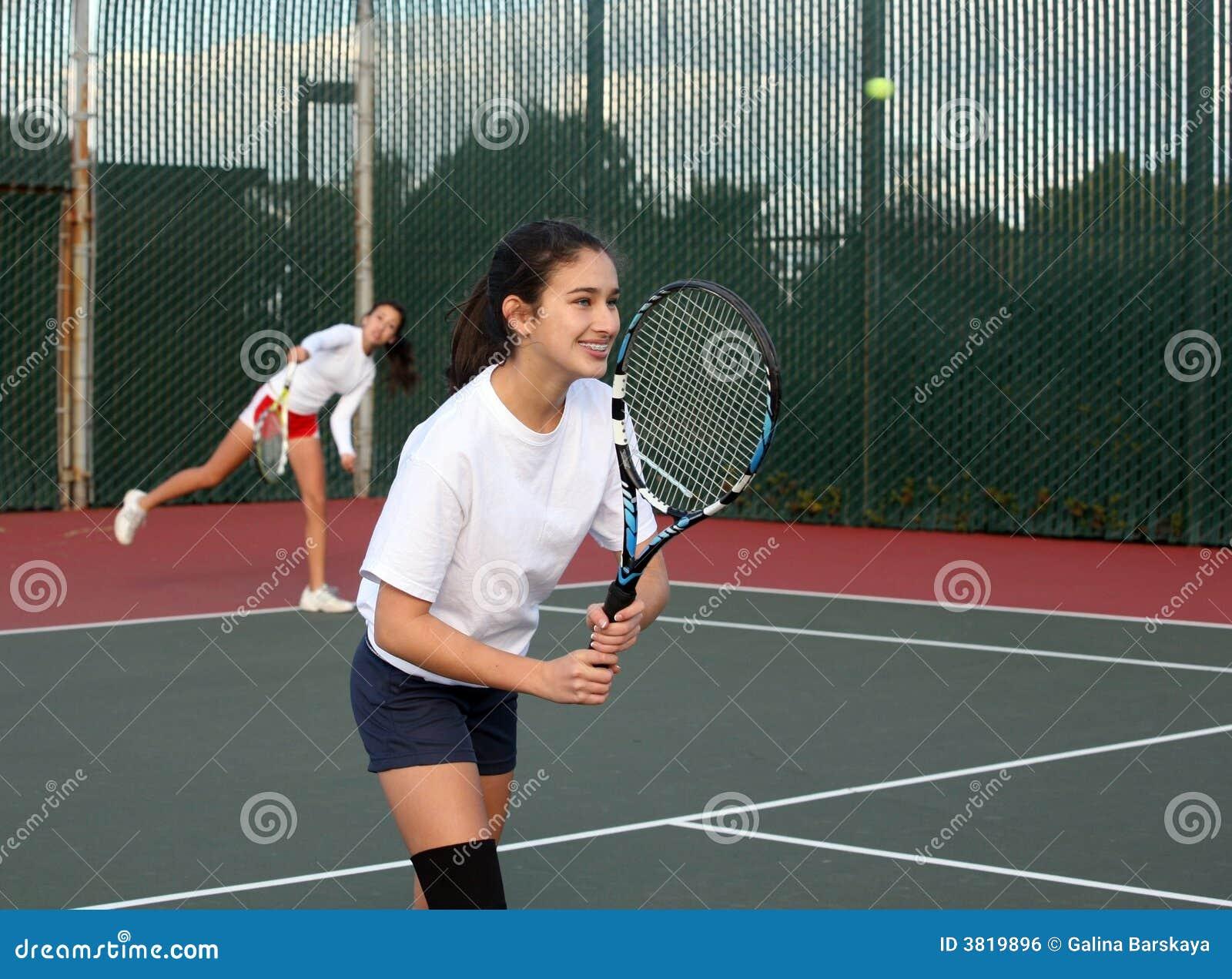 Meisjes die tennis spelen