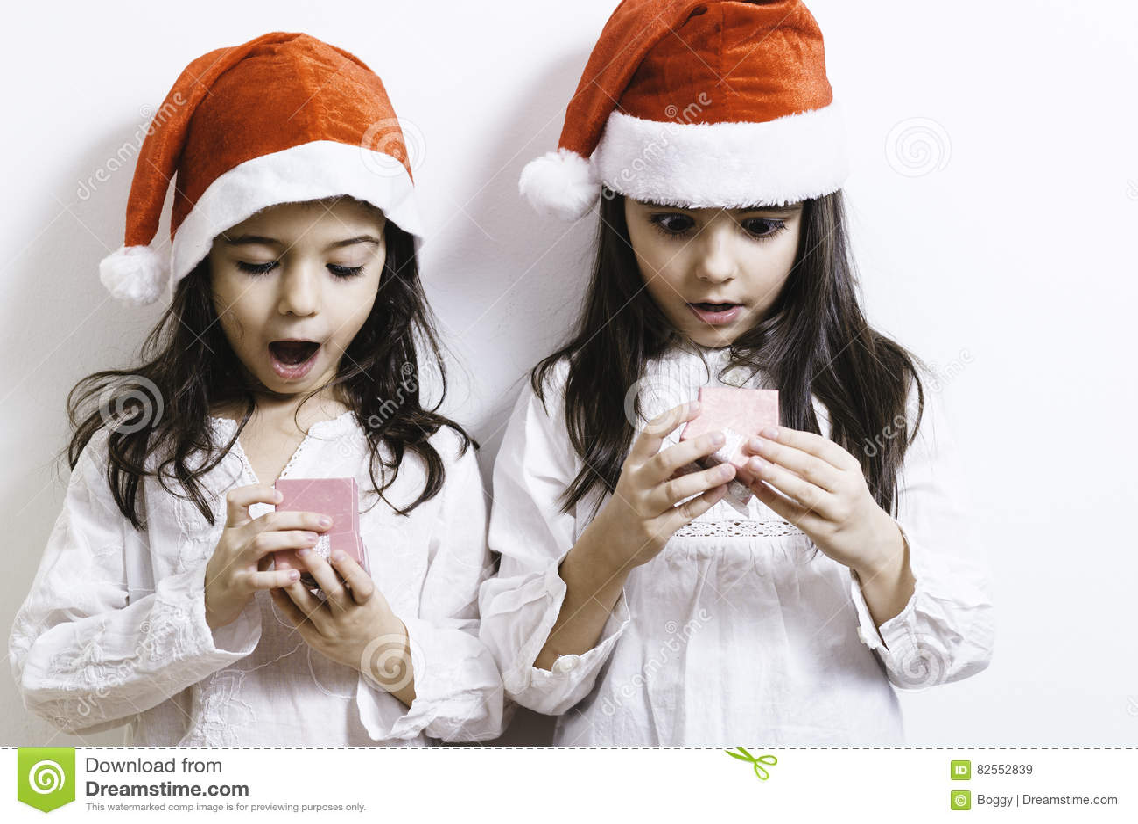 Meisjes die voor Kerstmis en Nieuwjaarvakantie stellen