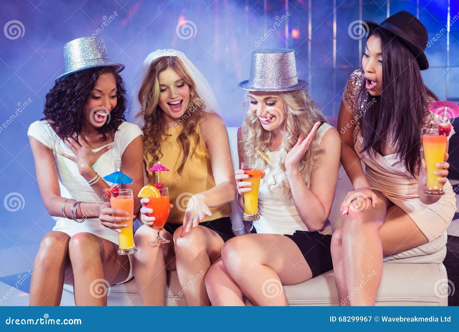 Meisjes Die Vrijgezellinpartij In Een Club Vieren