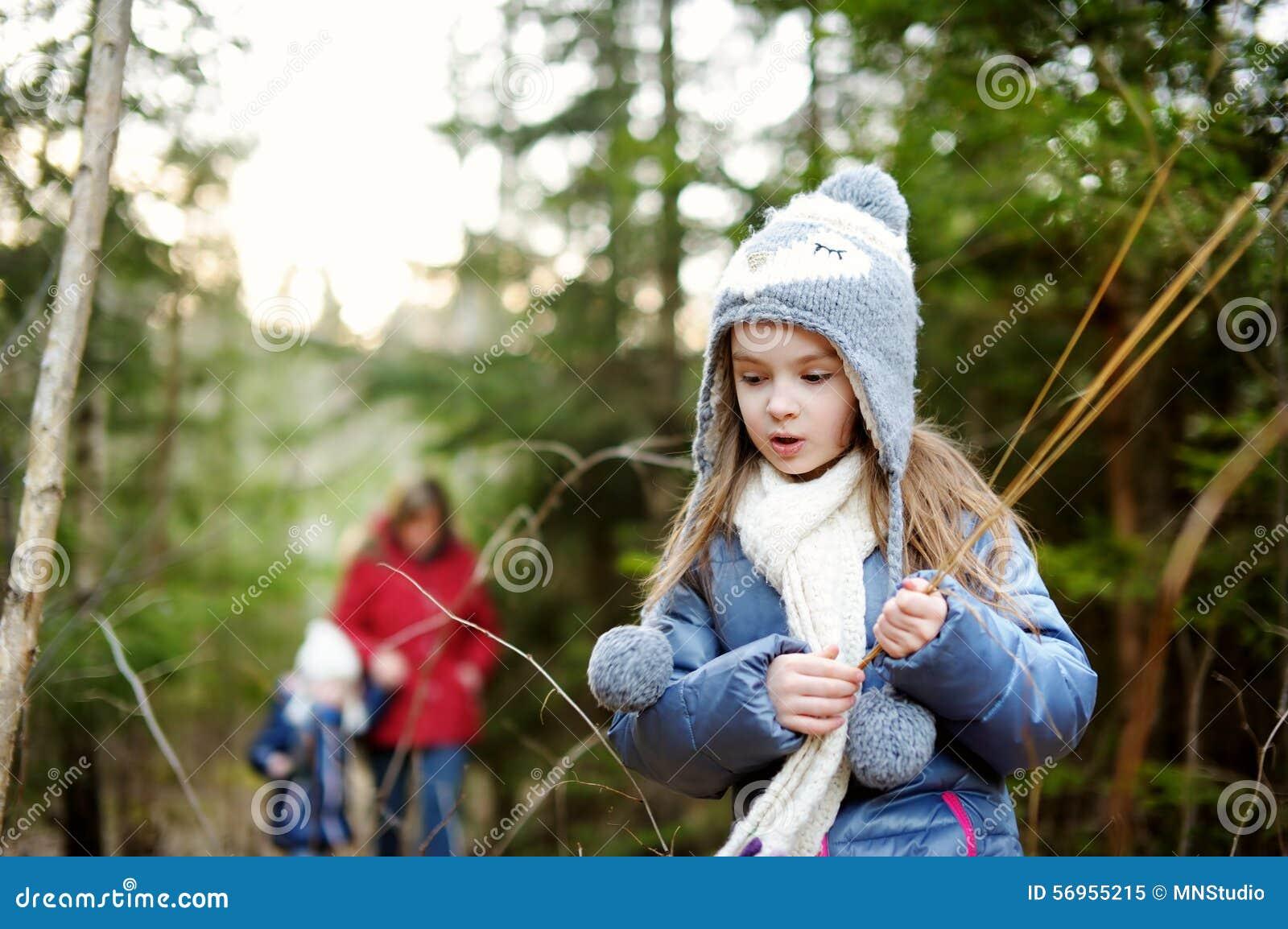 Meisjes en hun grootmoeder die een gang in een bos nemen stock afbeelding afbeelding 56955215 - Een gang ...