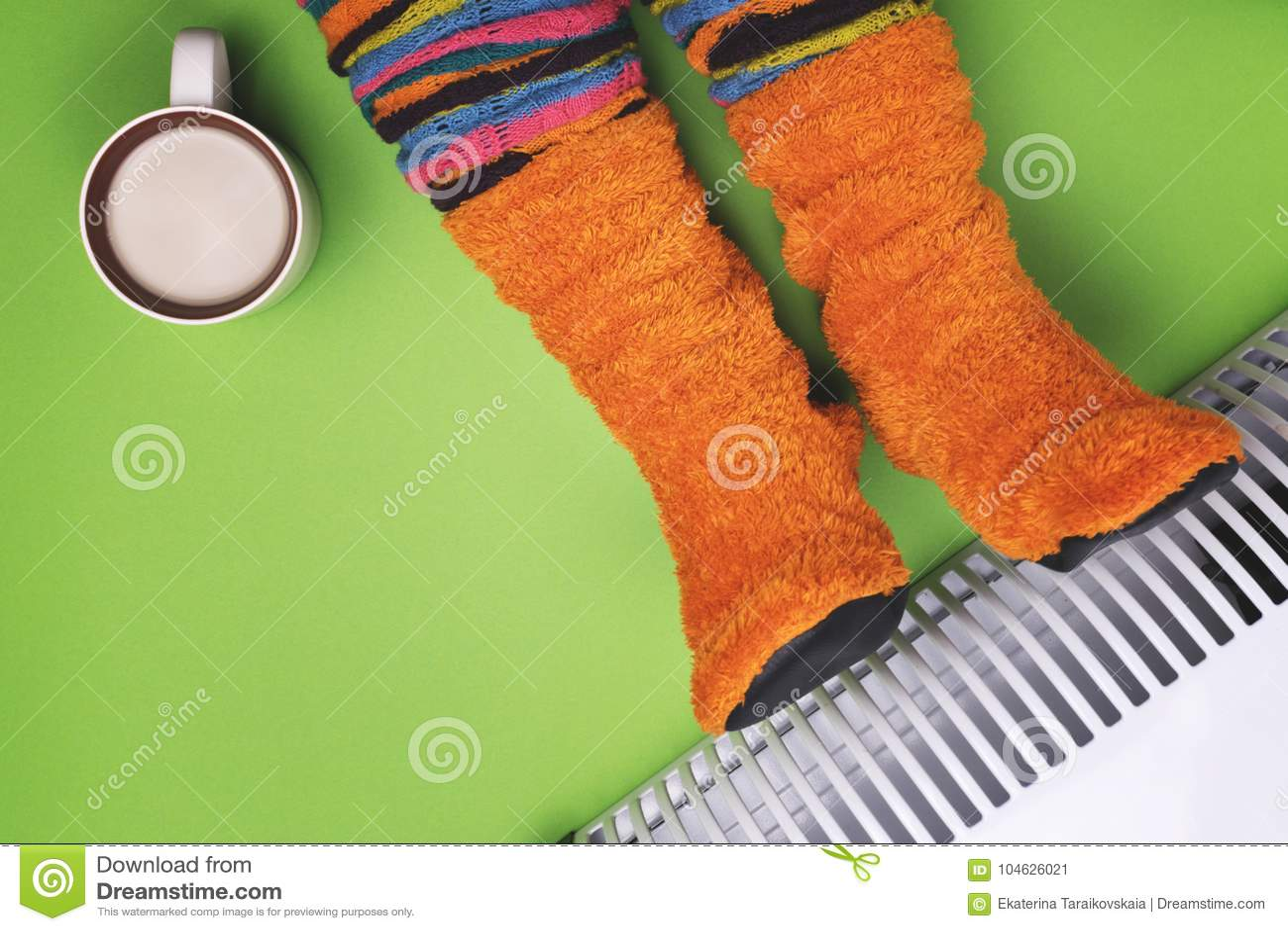Download Meisjes Hete Dichtbijgelegen De Verwarmer In Sokken Stock Afbeelding - Afbeelding bestaande uit elektrisch, achtergrond: 104626021