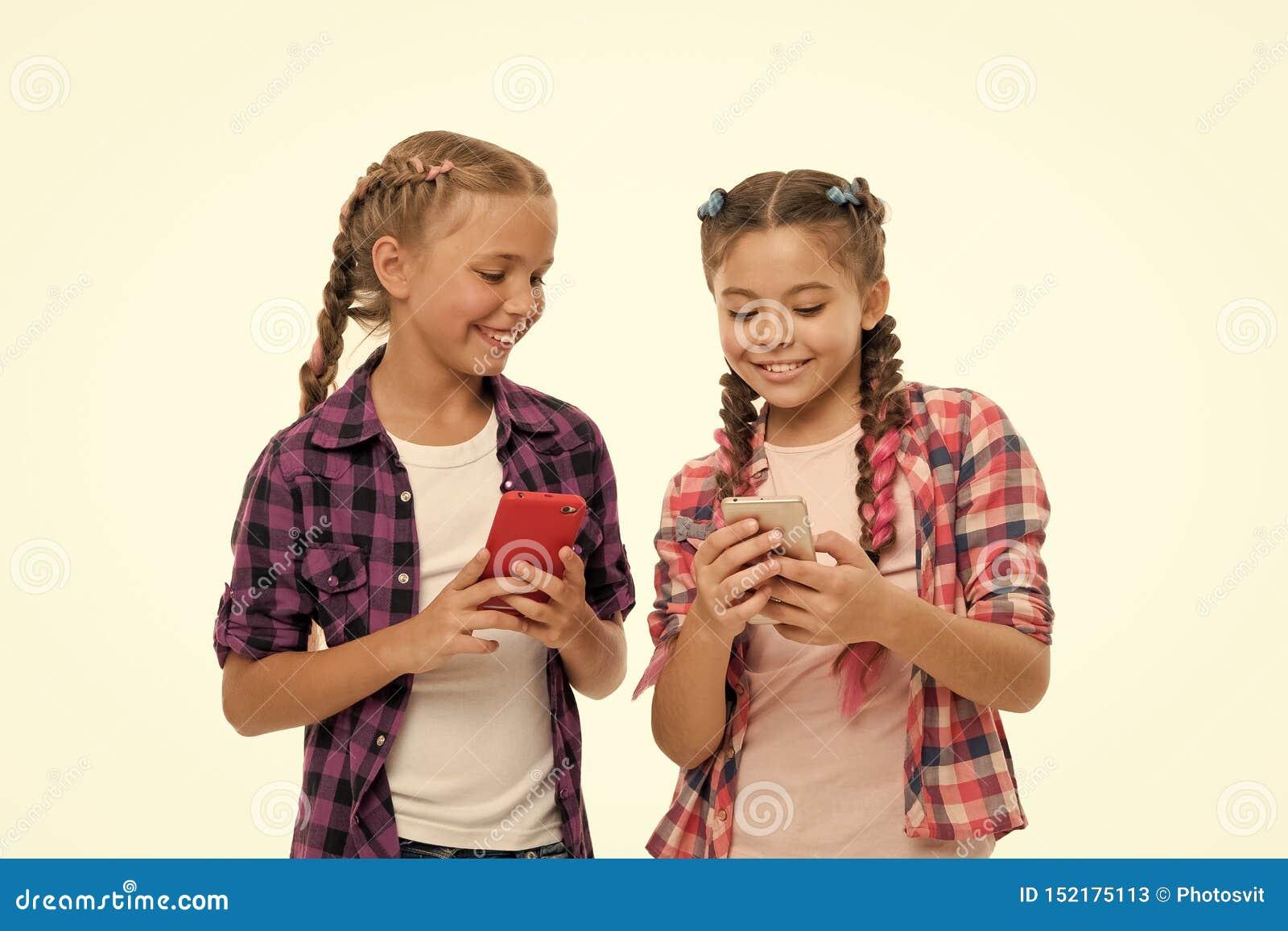 Meisjes leuke kleine kinderen die het scherm glimlachen te telefoneren Zij houden van Internet die sociale netwerken surfen Probl