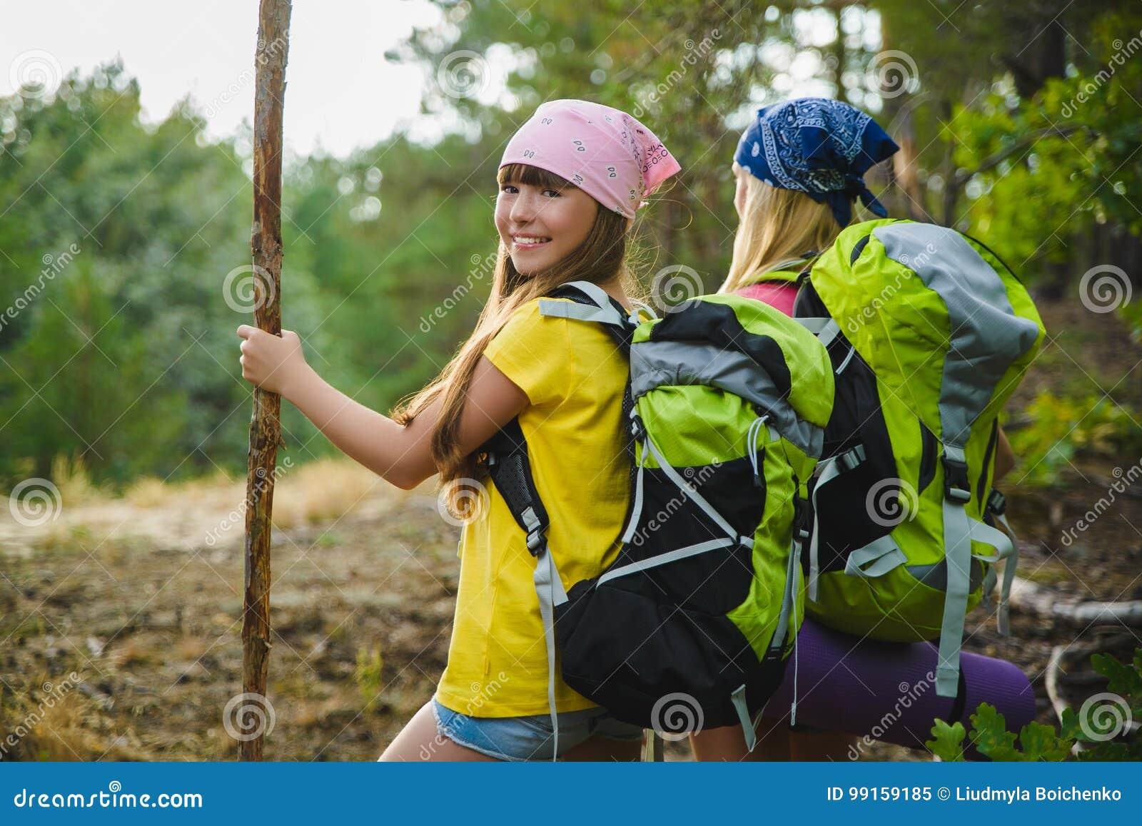 Meisjes met rugzak in heuvel bosavontuur, reis, toerismeconcept
