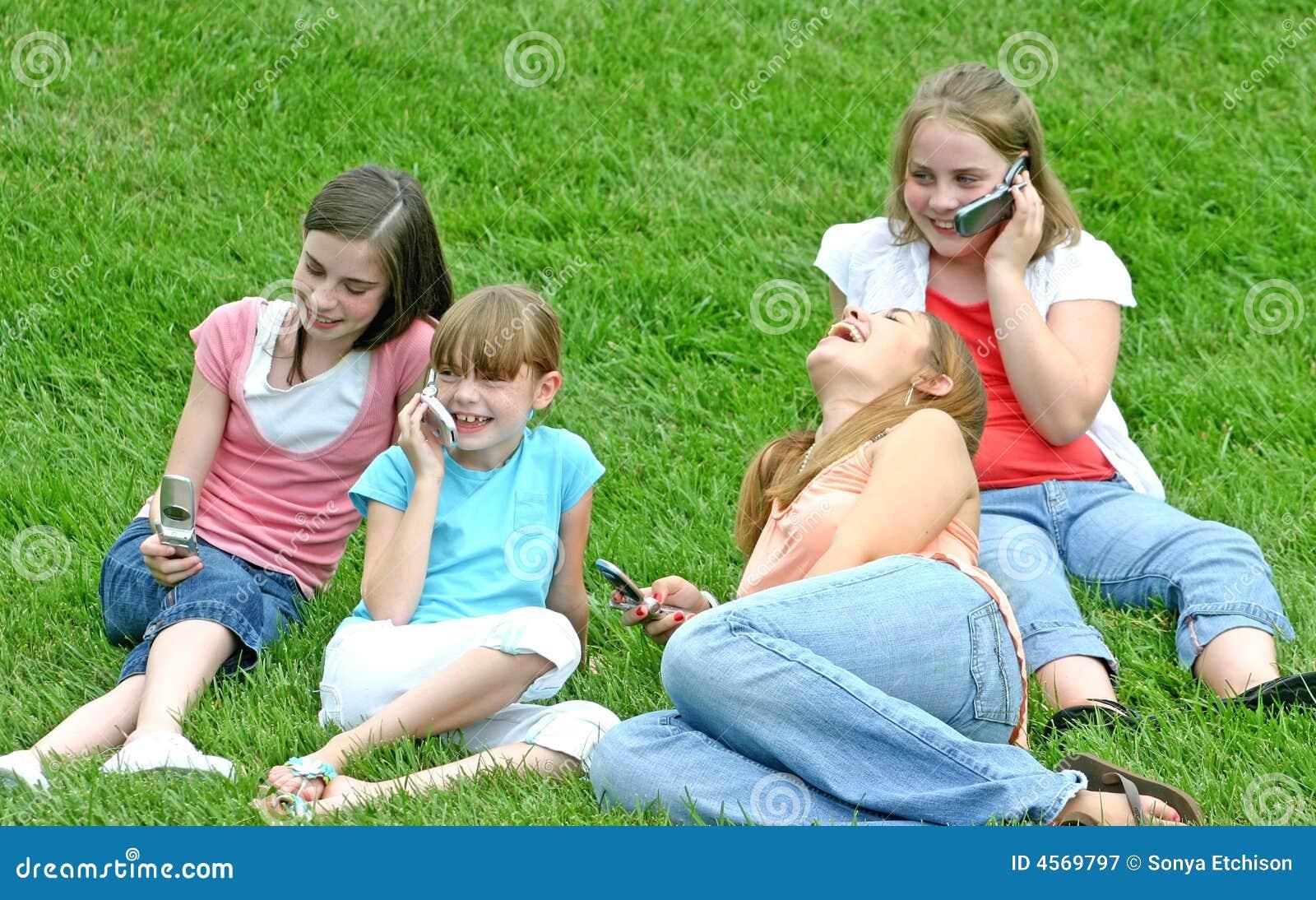 Meisjes op de Telefoons van de Cel