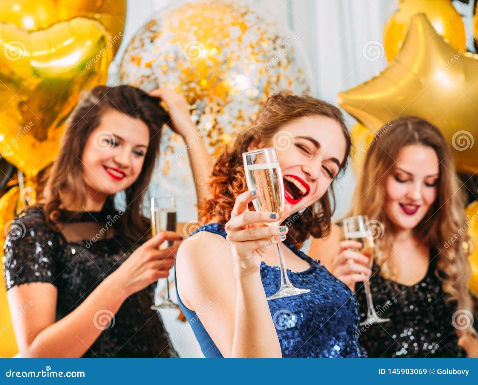 Meisjes van de de dag gelukkige viering van de kippenpartij de speciale