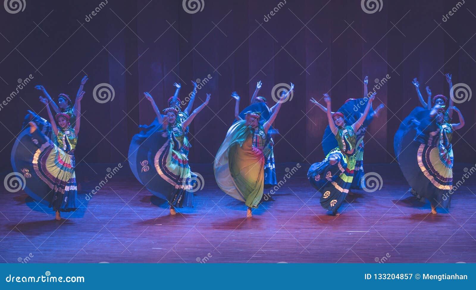 Meisjes 3 van het Yikostuum de volksdans van Axi sprong-Yi van het dansdrama