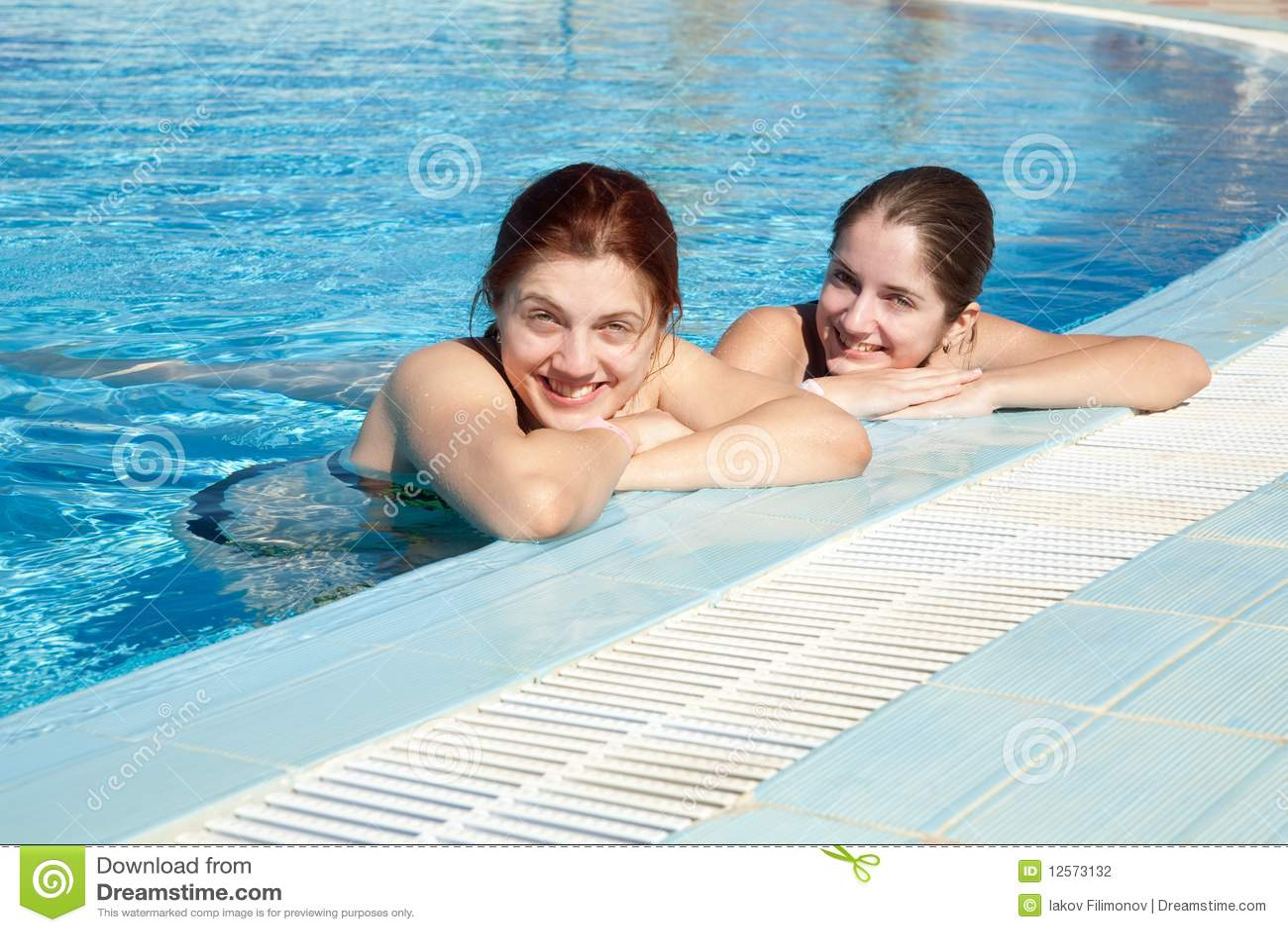 3f05aaa564afdb Meisjes in zwembad stock foto. Afbeelding bestaande uit openlucht ...
