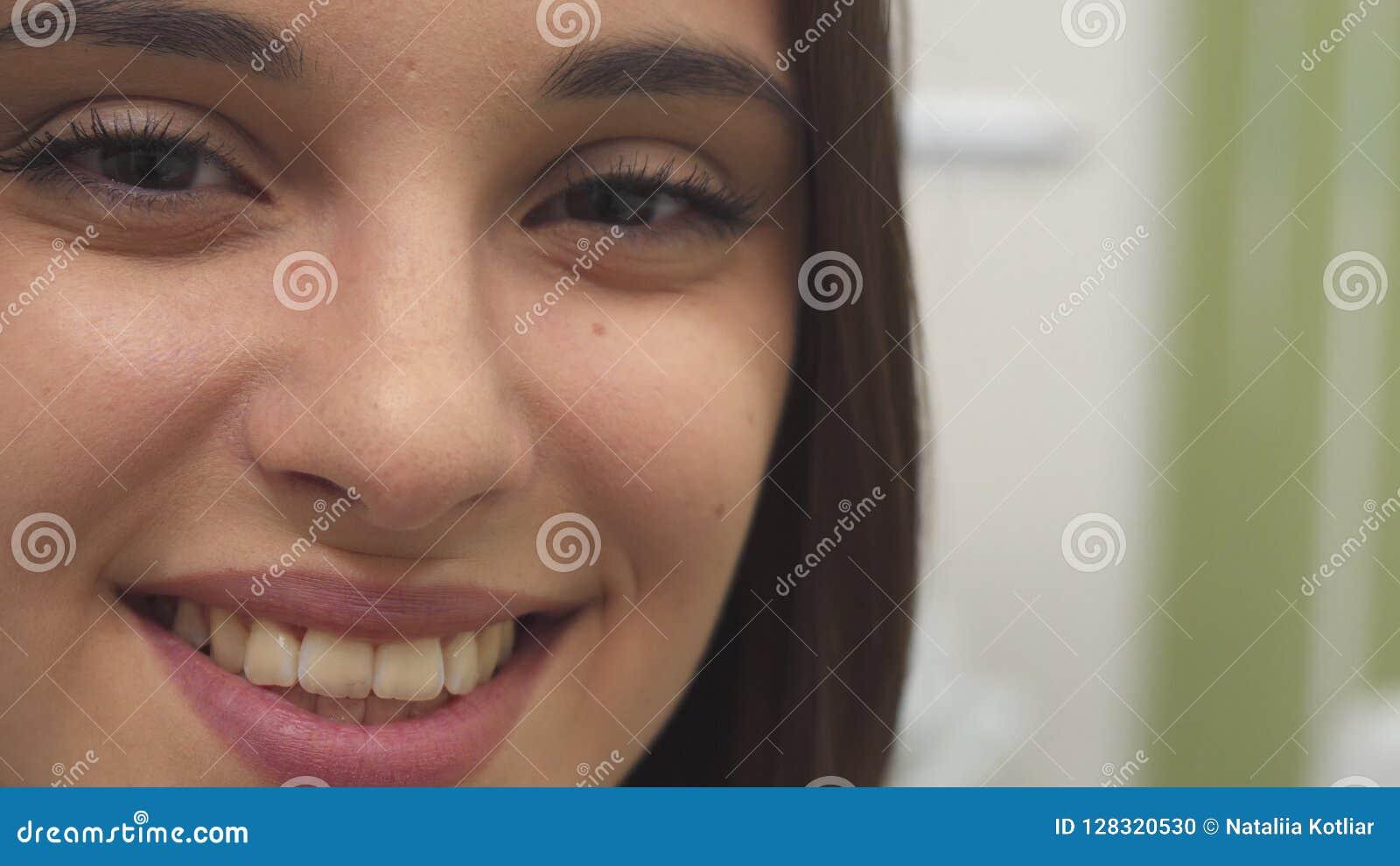 Meisjesglimlachen bij het kuuroord