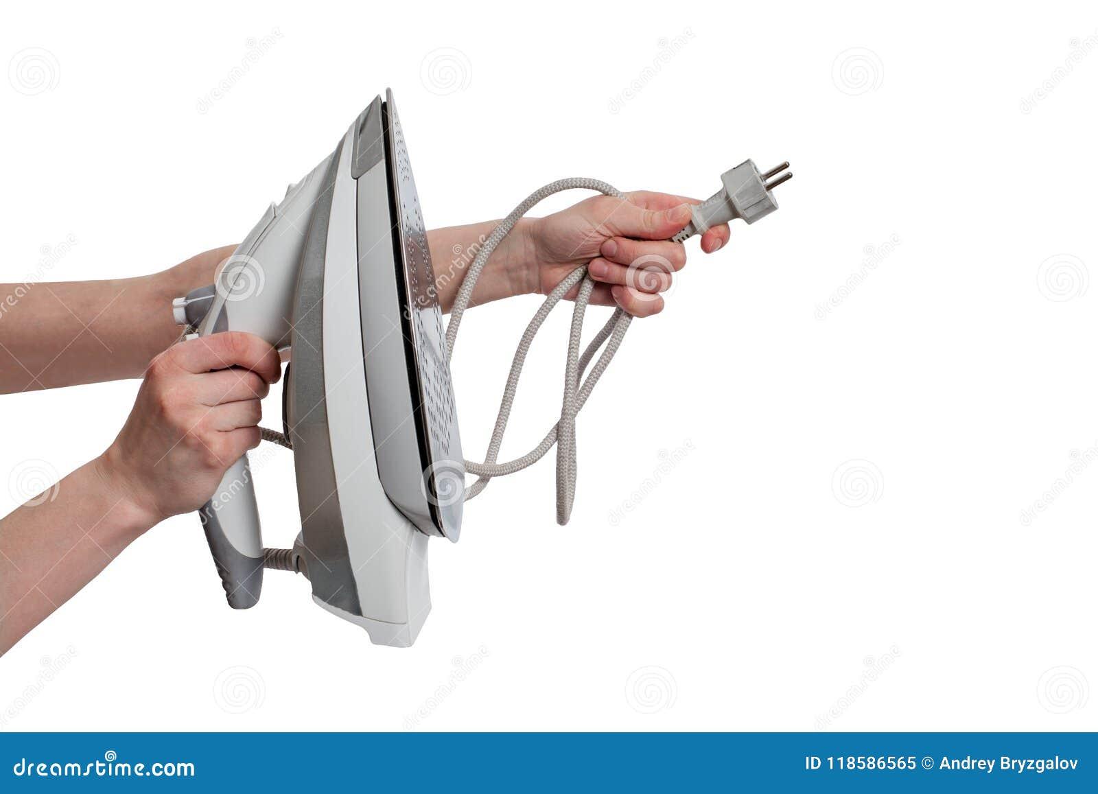 Meisjeshanden het houden stopt en elektrisch die ijzer op witte dichte omhooggaand wordt geïsoleerd als achtergrond