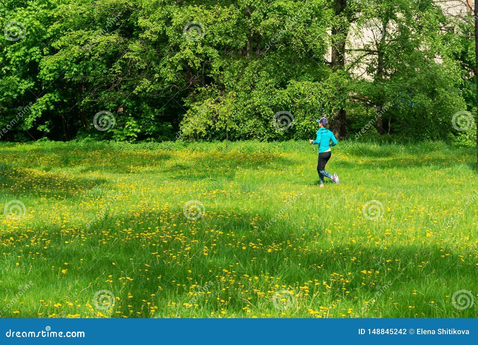Meisjeslooppas langs de sleep, de zomer zonnige dag
