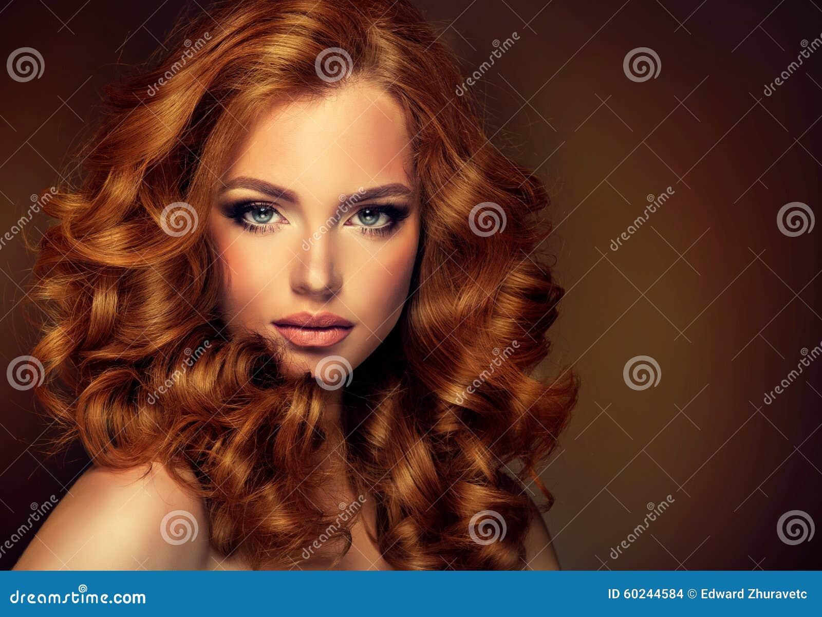 Meisjesmodel met lang krullend rood haar