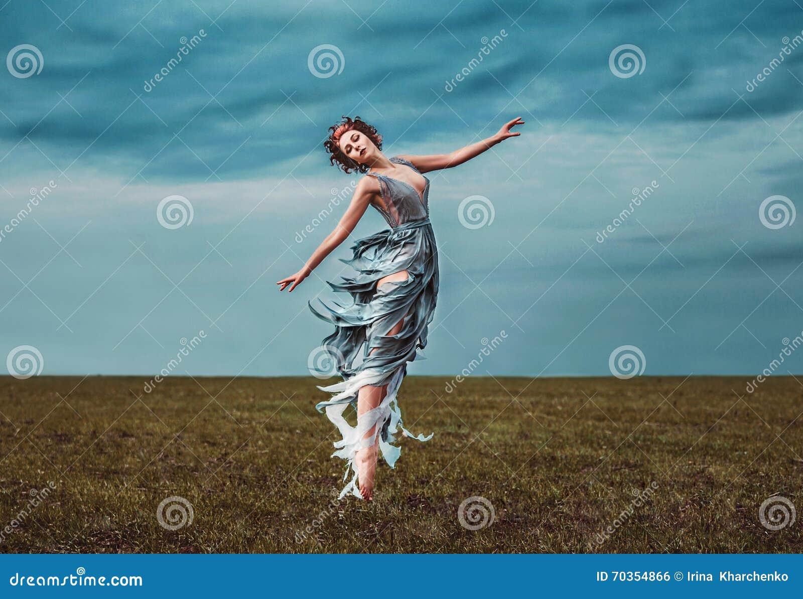 Meisjesmuse, die op een gebied dansen