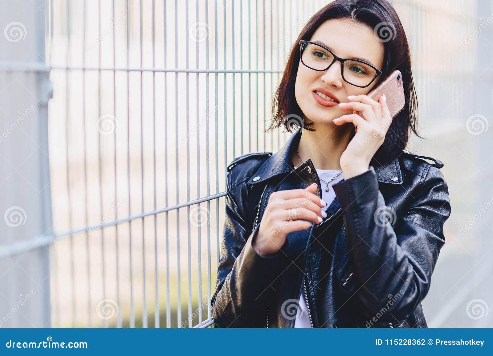 Meisjesoverseinen op telefoon en het glimlachen