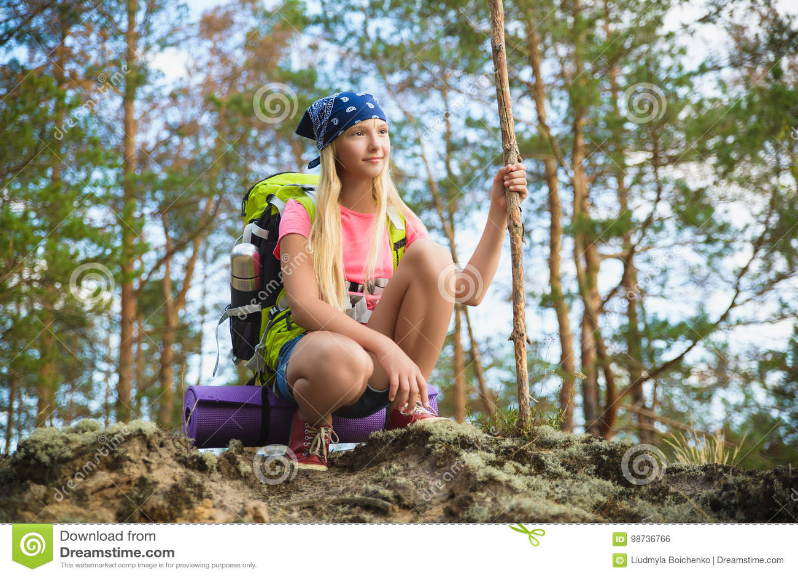Meisjesreiziger met rugzak in heuvel bosavontuur, reis, toerismeconcept