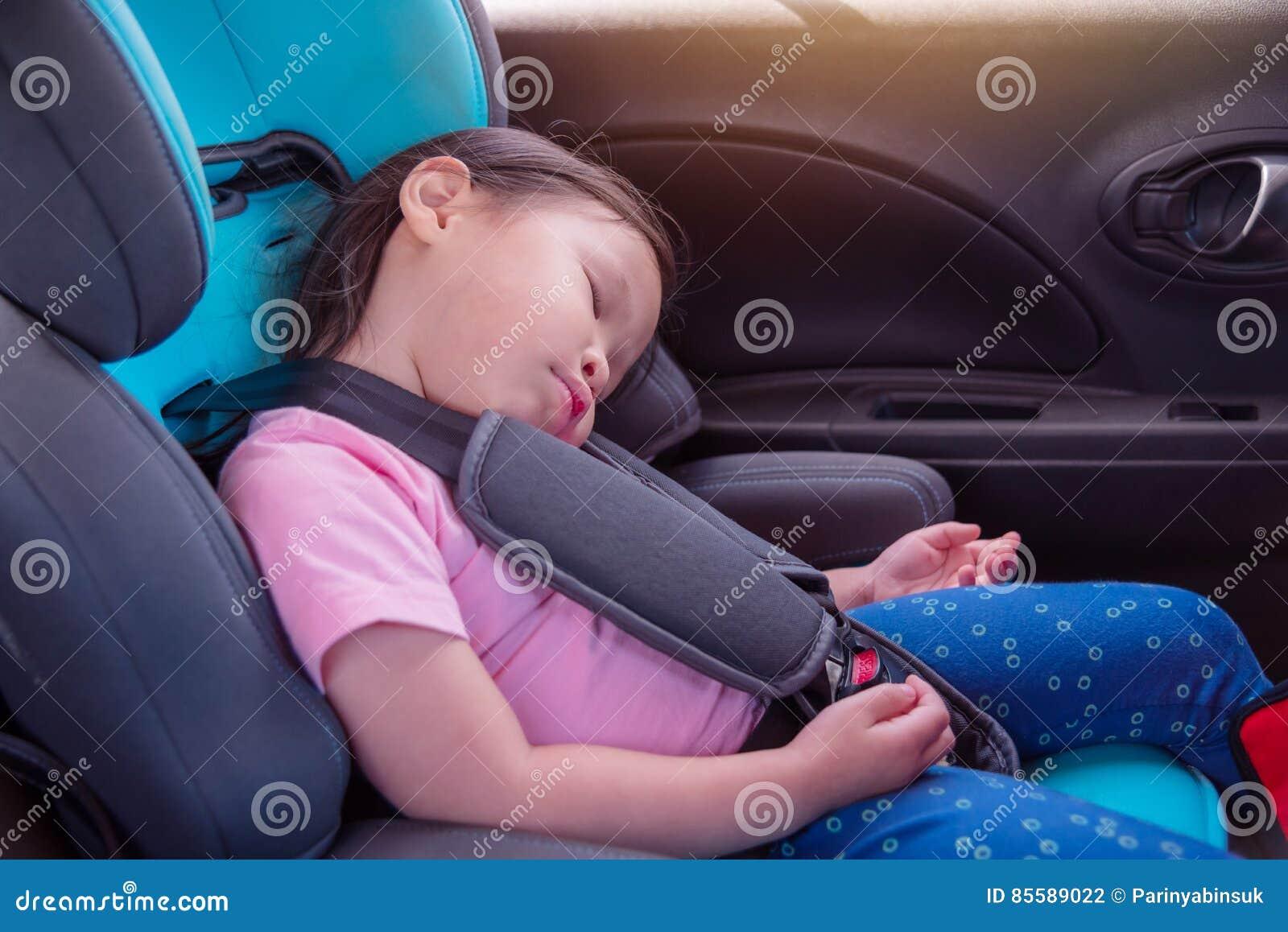 Meisjesslaap op carseat in auto