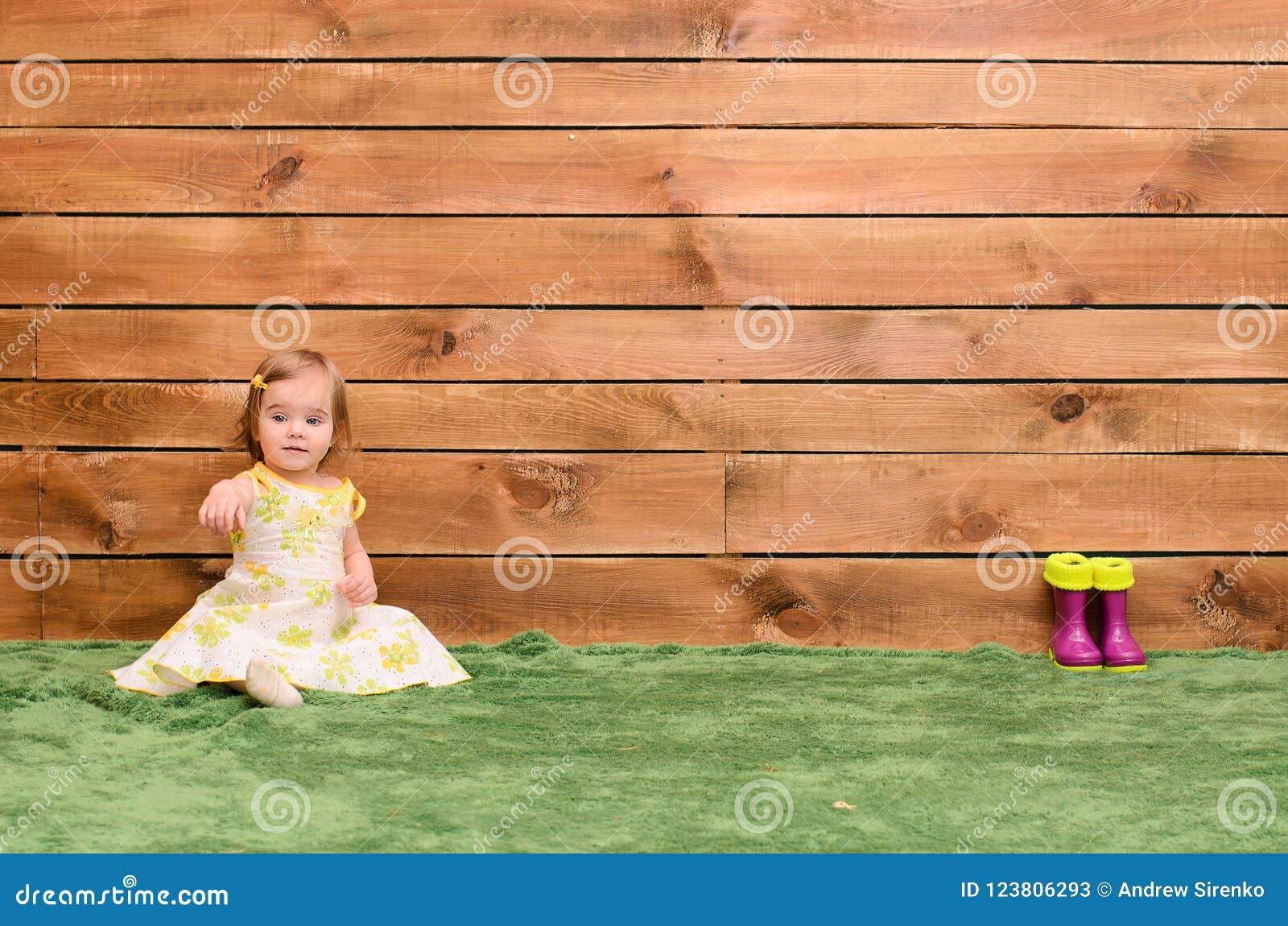 Meisjezitting op het gras