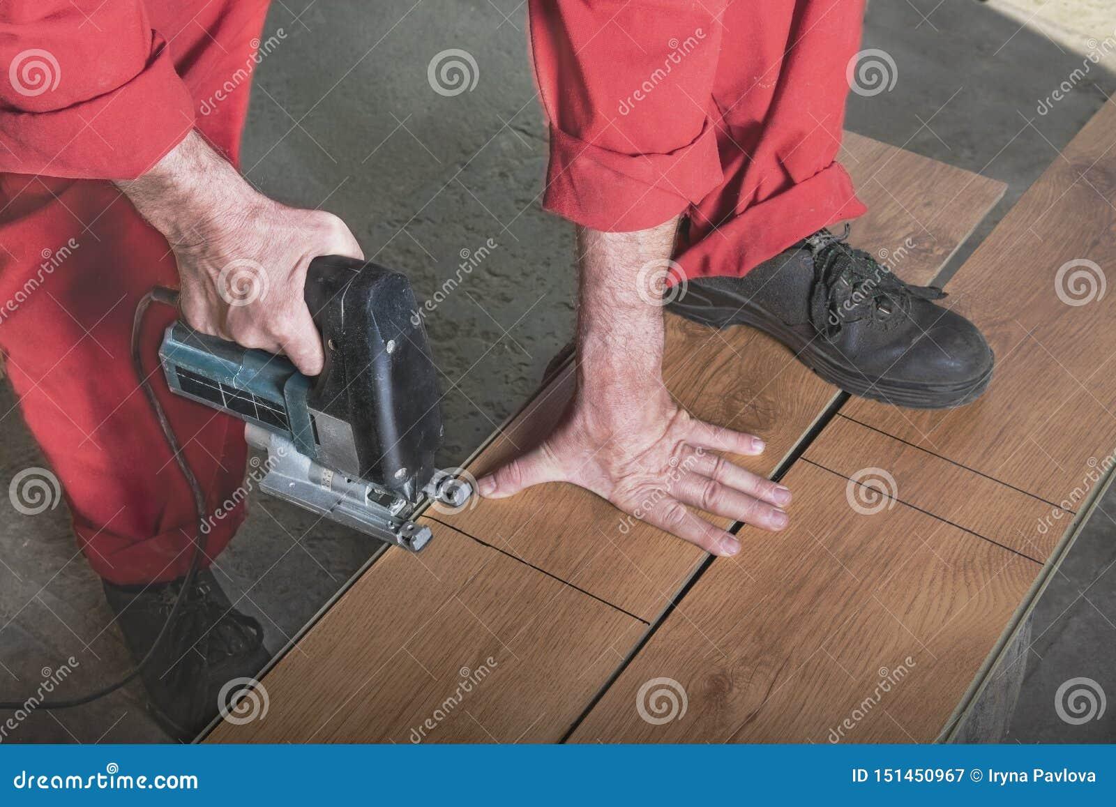 Meister sägt die Stange mit einer elektrischen Säge
