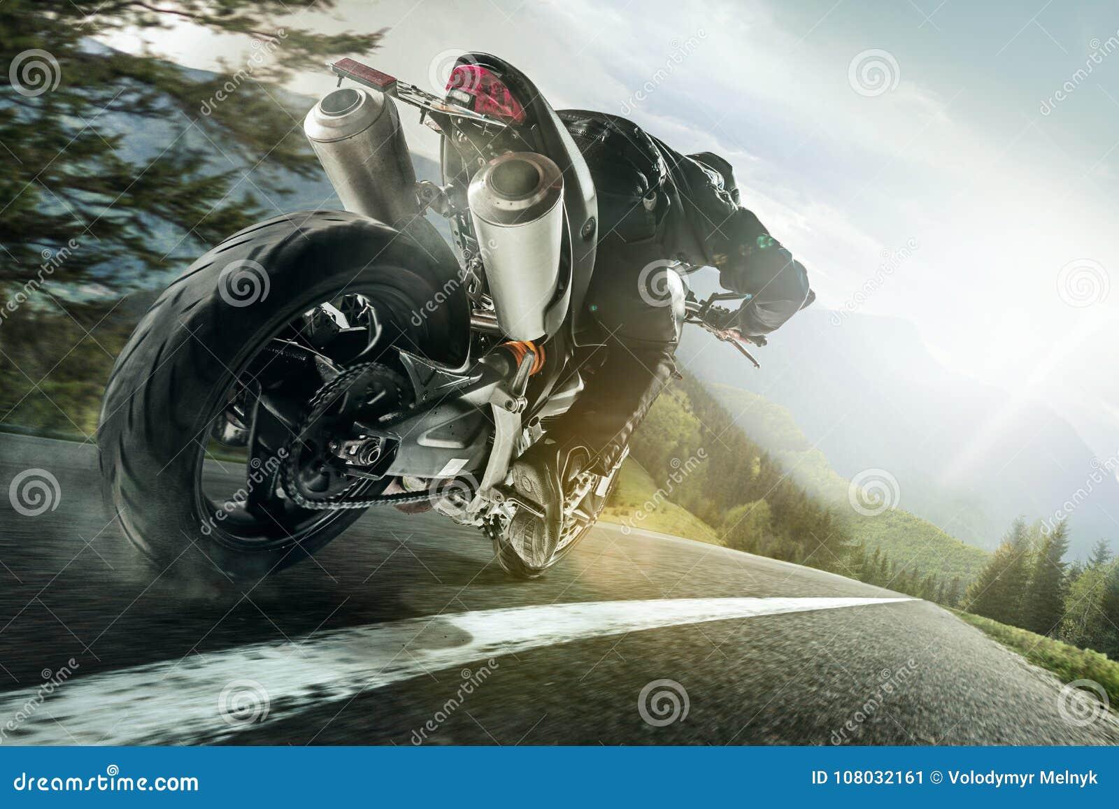 Meisterschaft des Motocrosses, Seitenansicht von den Sportlern, die Motorrad fahren