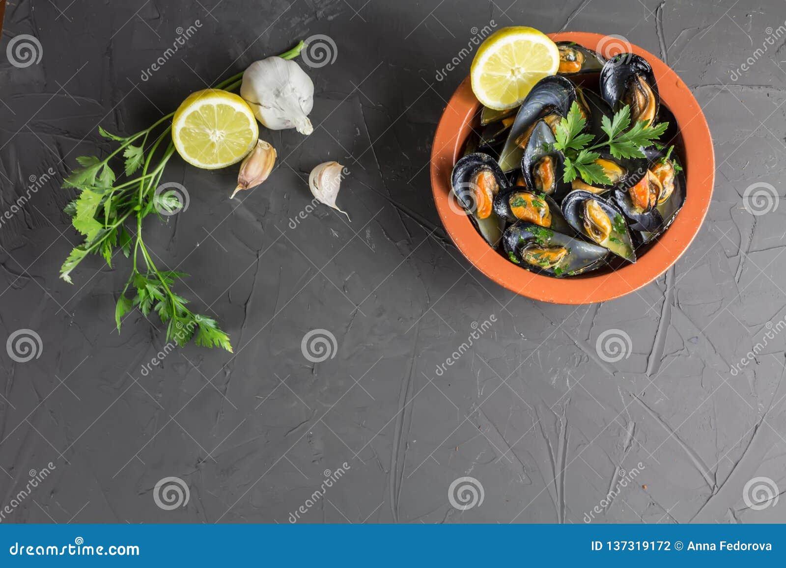Mejillones apetitosos en un cuenco de la arcilla, un plato mediterráneo tradicional, copia-espacio