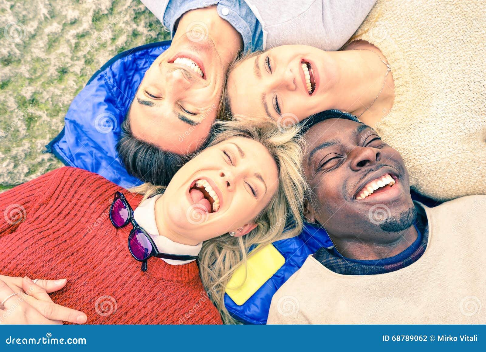 Mejores amigos multirraciales que se divierten y que ríen junto