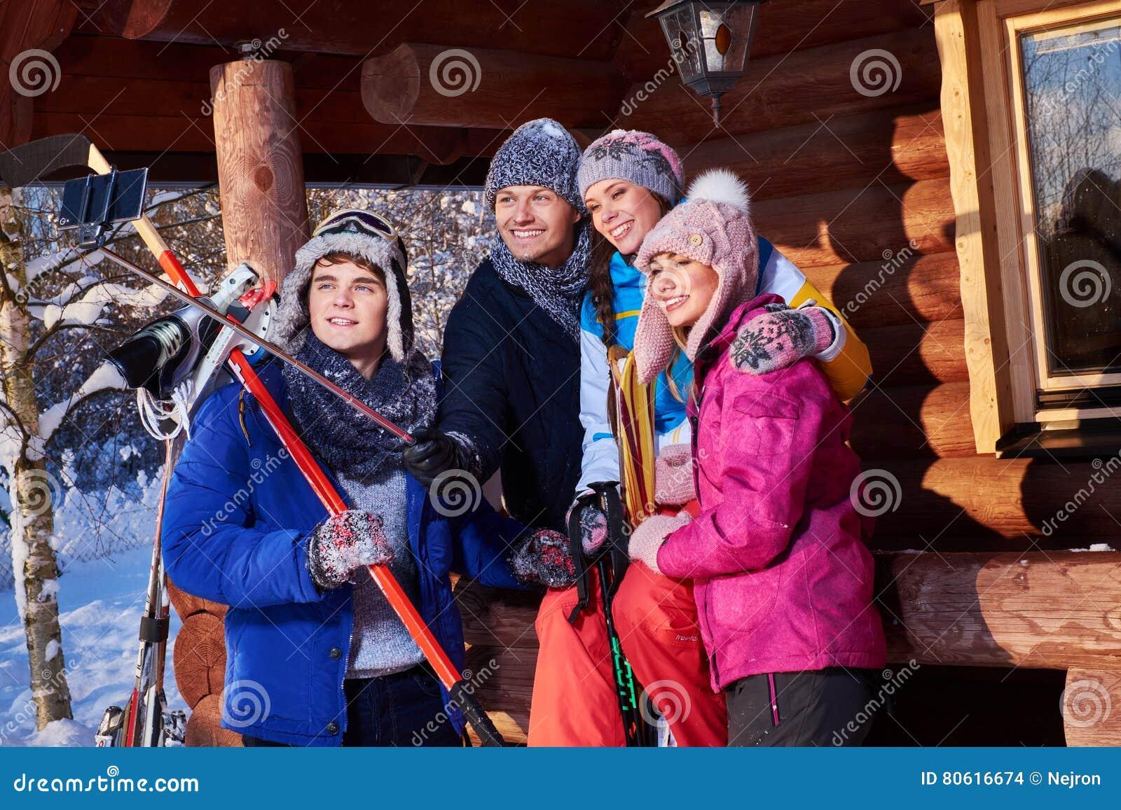 Mejores amigos que hacen el selfie en la cabaña de la montaña