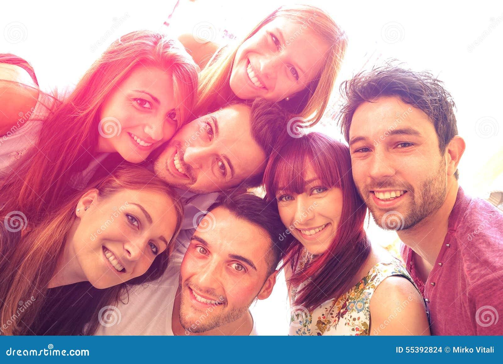 Mejores amigos que toman el selfie al aire libre con halo del contraste del contraluz