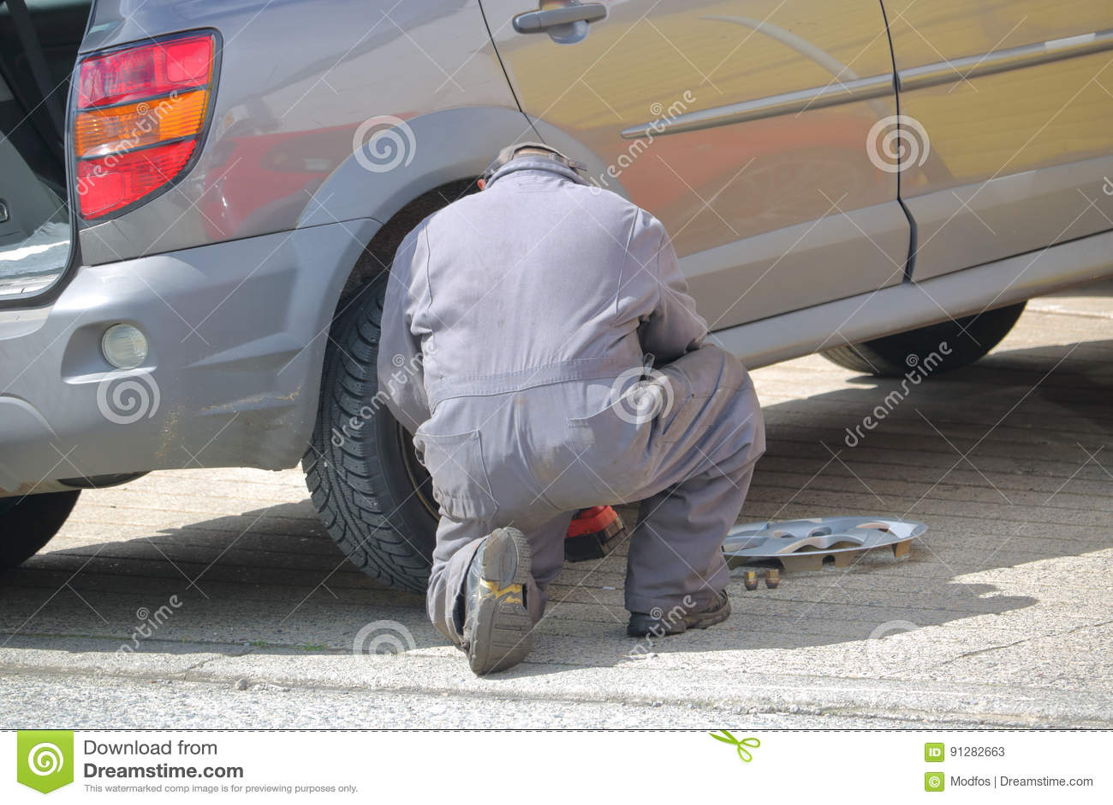Mekaniker Changes Car Tire