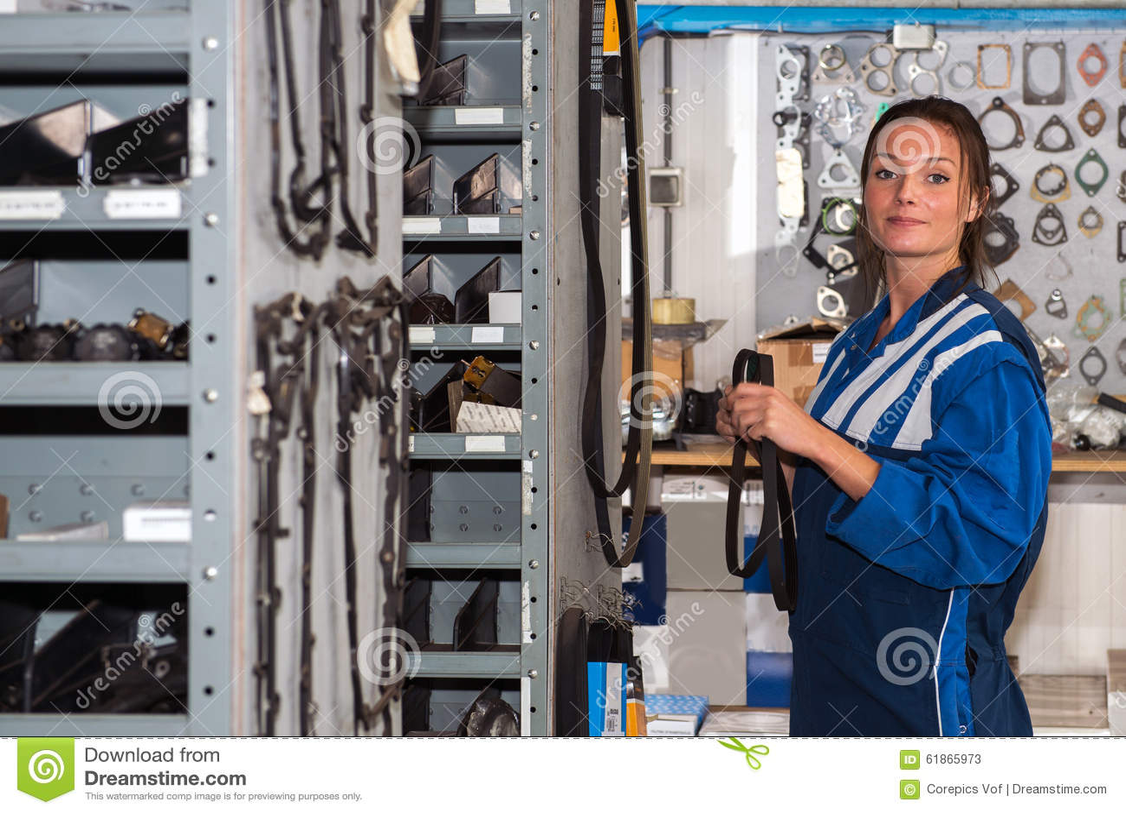 Mekaniker med reservdelar