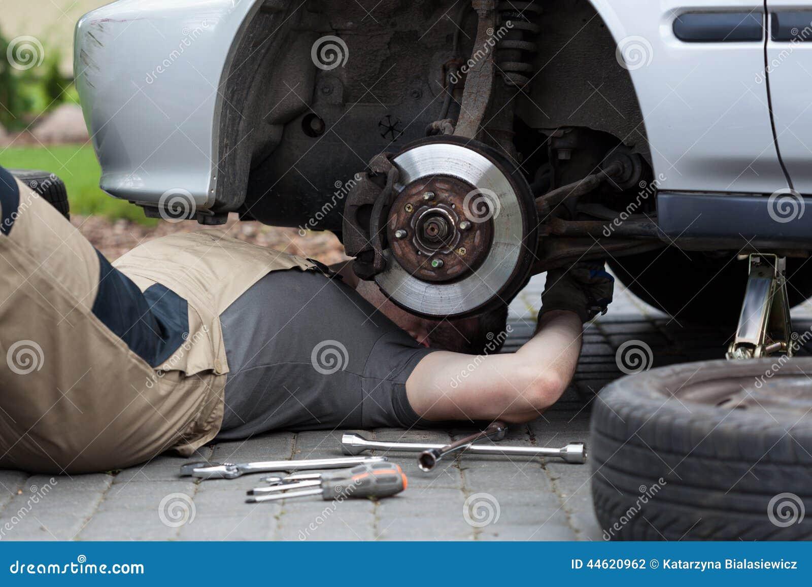 Mekaniker som reparerar bilhjulet