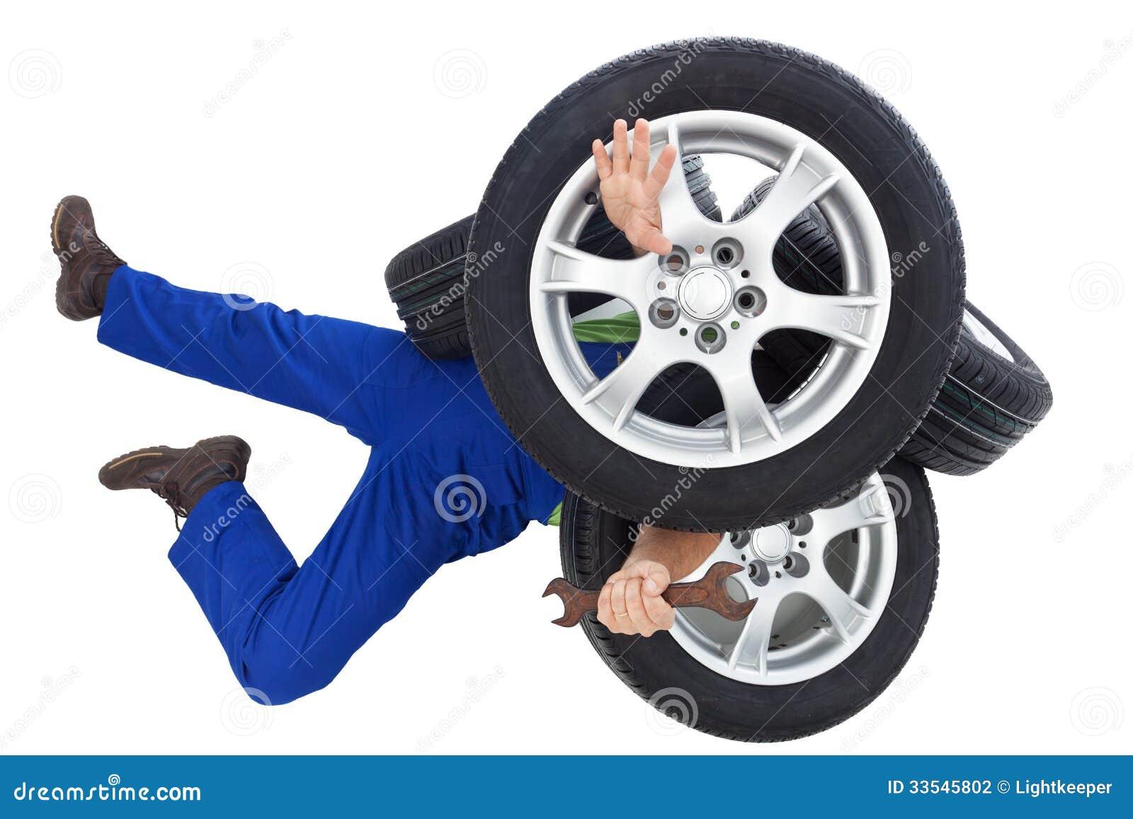 Mekaniker som täckas av bilgummihjul