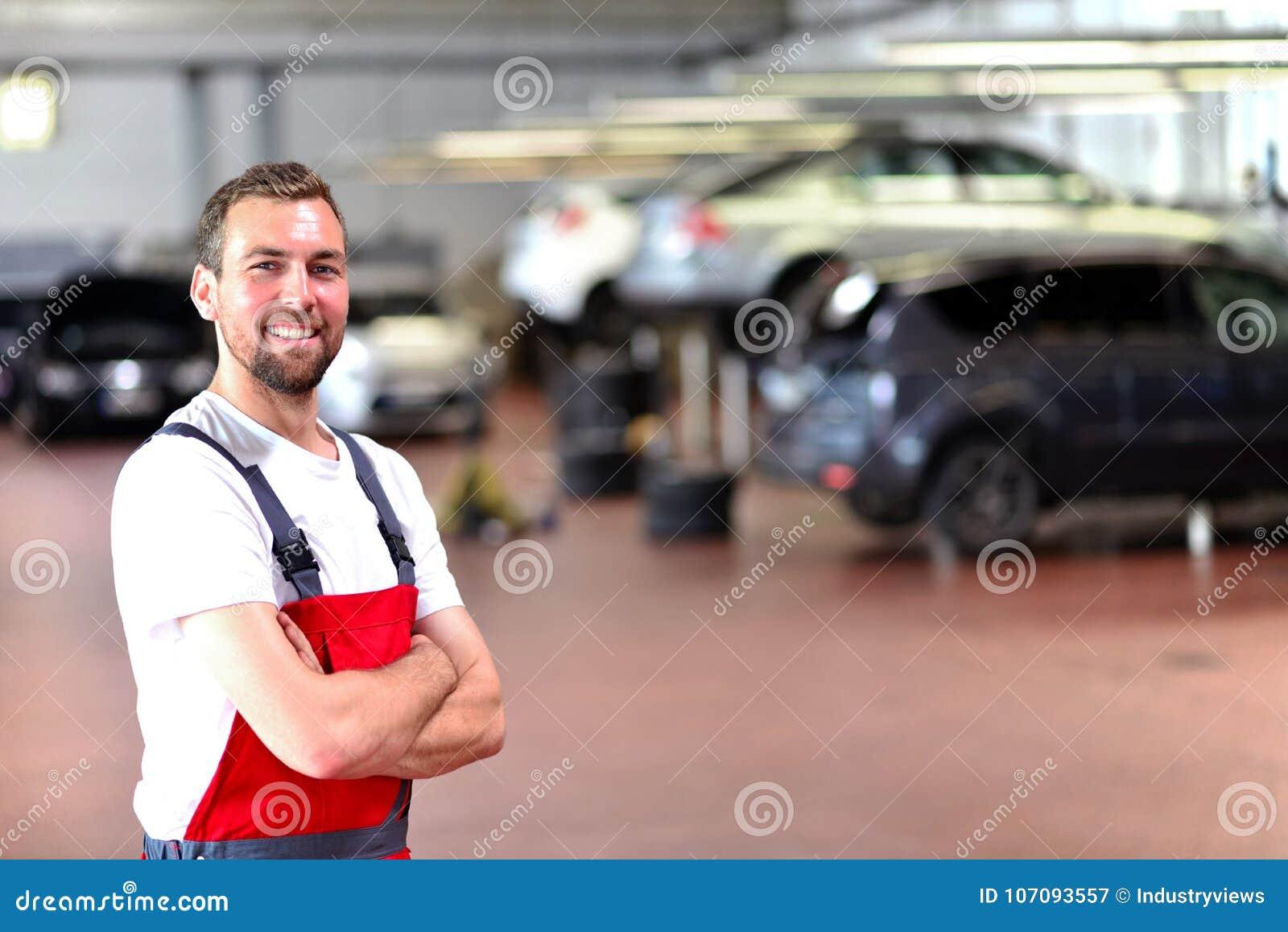 Mekanikern i en bilreparation shoppar - diagnosen och att felsöka