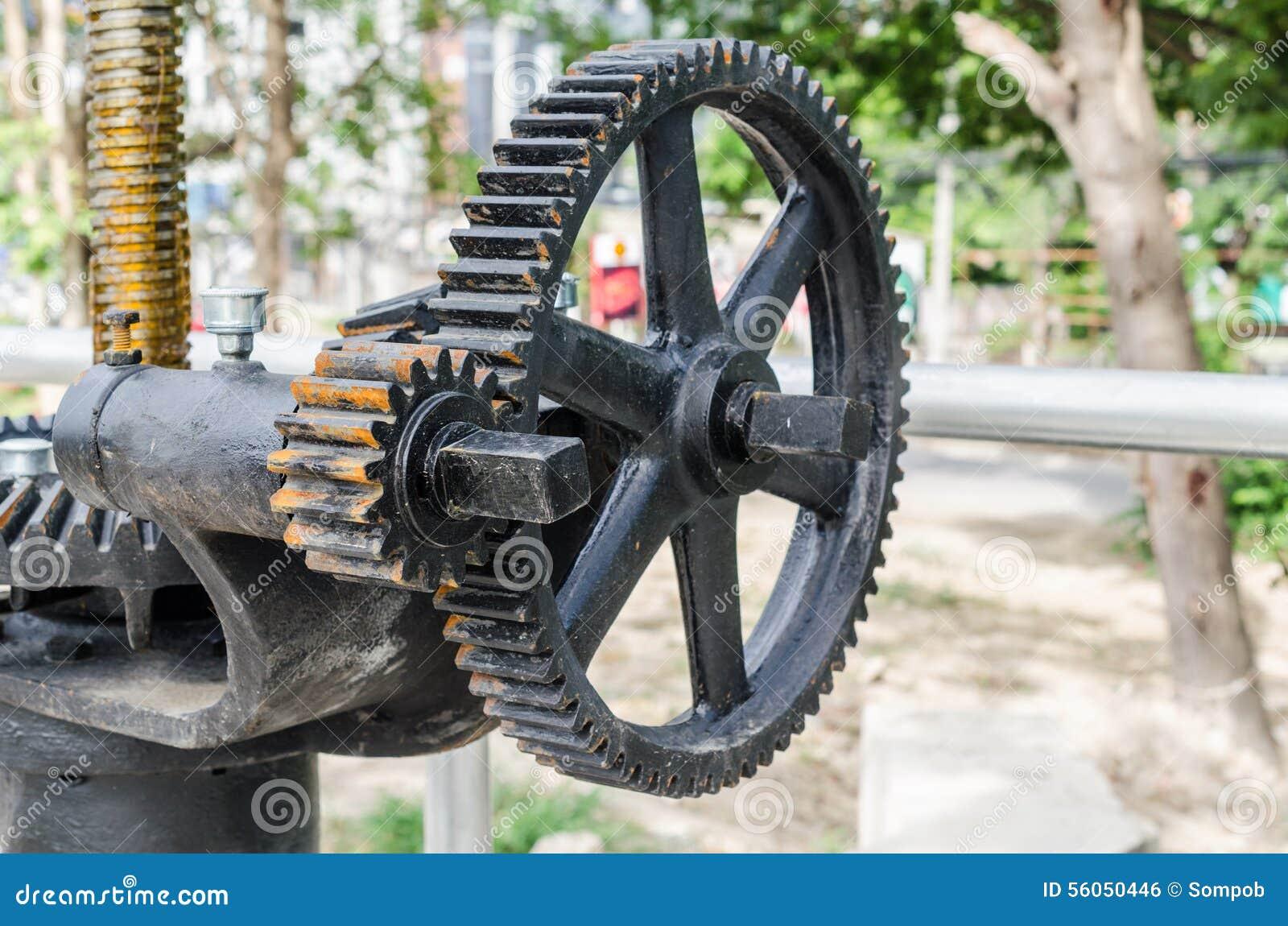 Mekaniskt kugghjul för närbild med ett stort tandat hjul av dammluckan