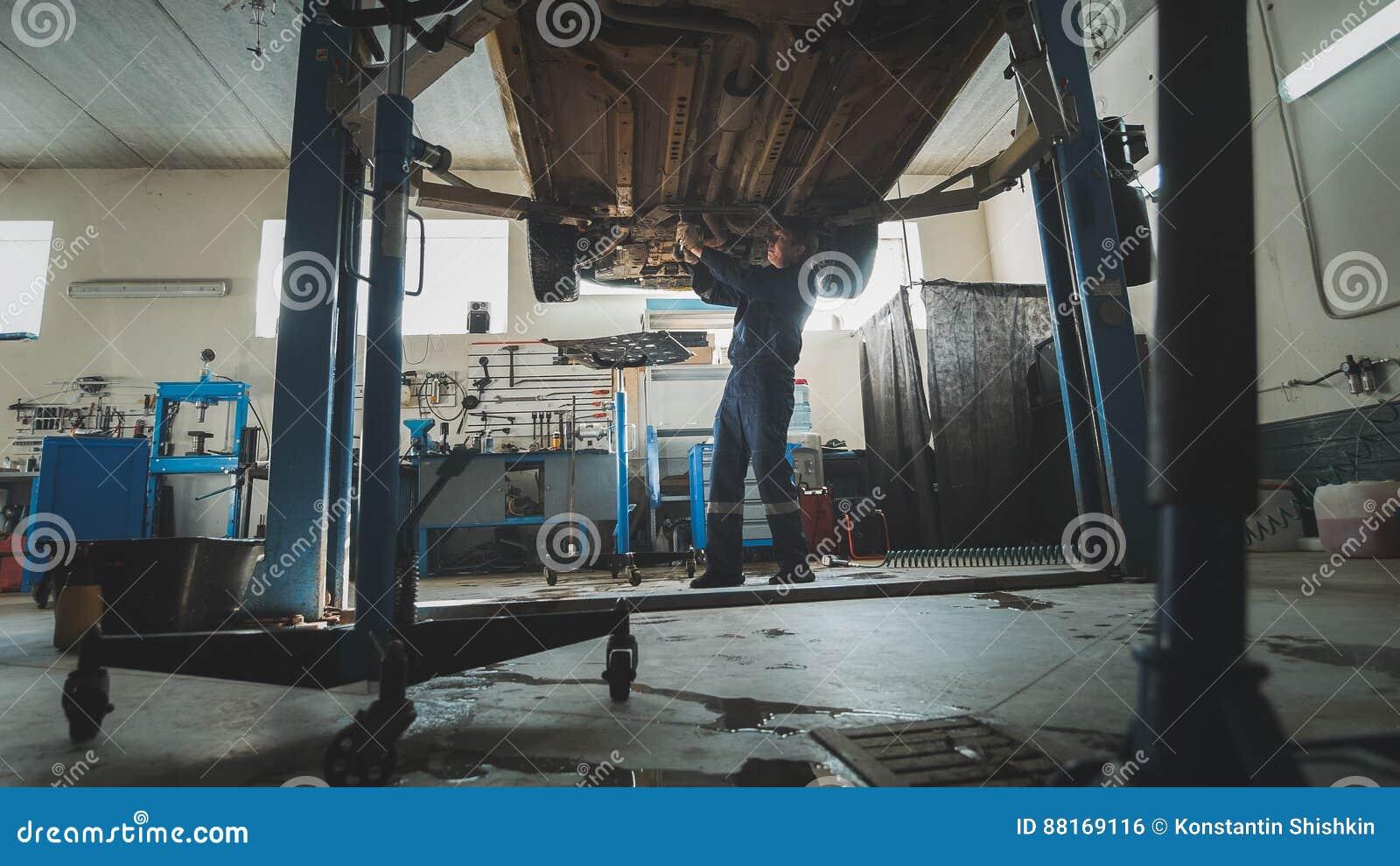 Mekaniskt seminarium för garage - mekanikerkontrollbotten av det bil- lyftauto anseendet i bilservice